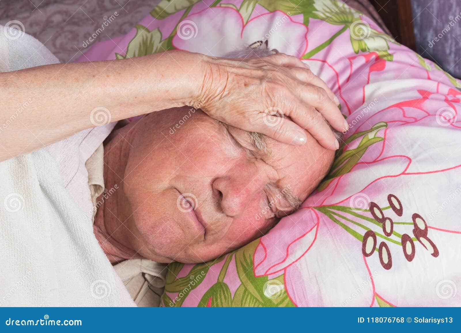 Åldring 80 plus årig man i en hemsäng