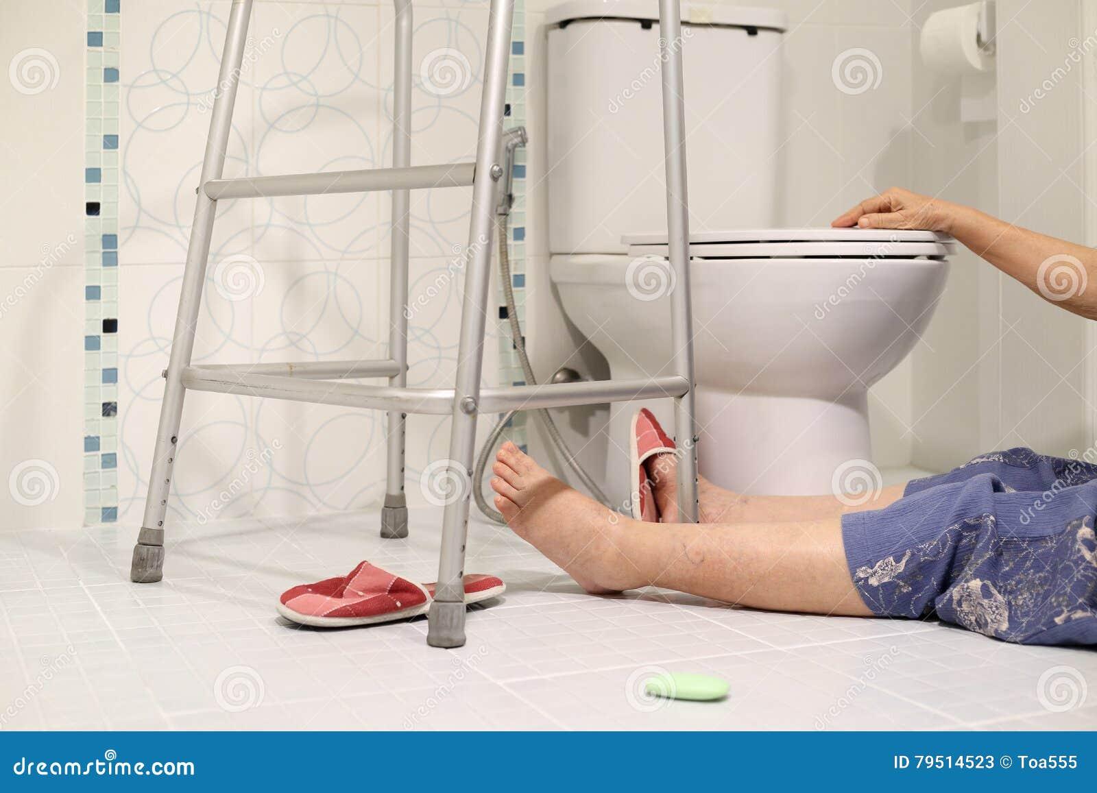 Åldring som faller i badrum, därför att halt
