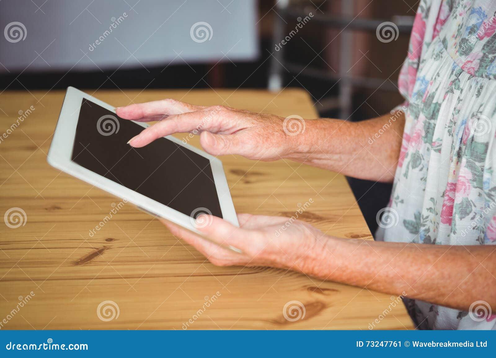 Åldring som trycker på en digital minnestavla