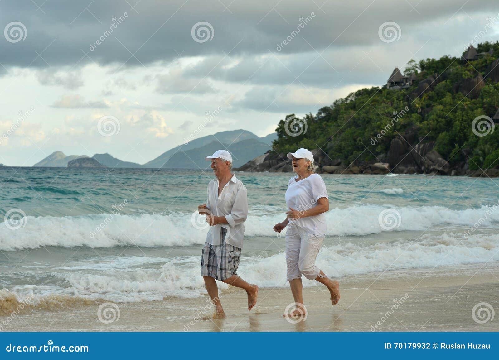 Åldringparspring på stranden