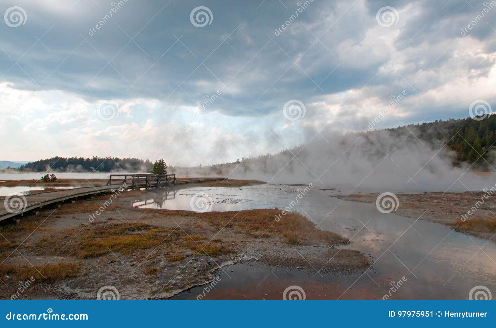 Ånga stigning av den varma sjön i den lägre Geyserhandfatet i den Yellowstone nationalparken i Wyoming USA