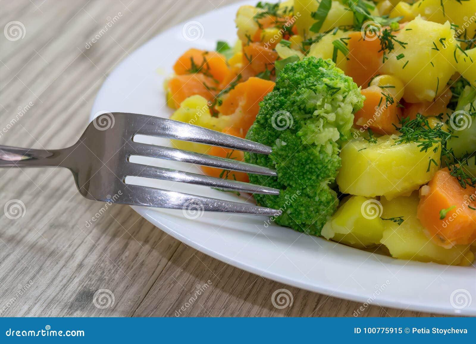 Ångade grönsakpotatisar, morötter, broccoli, havre med nya örter Sund och dietisk mat