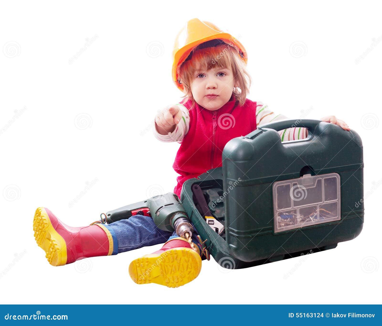 2 år barn med hjälpmedel över vit