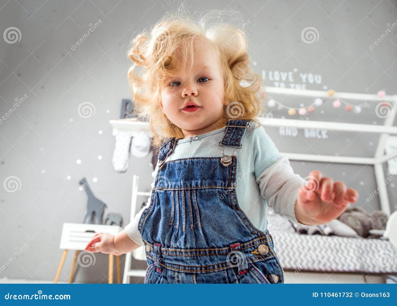 1 åriga liten flicka som hemma spelar