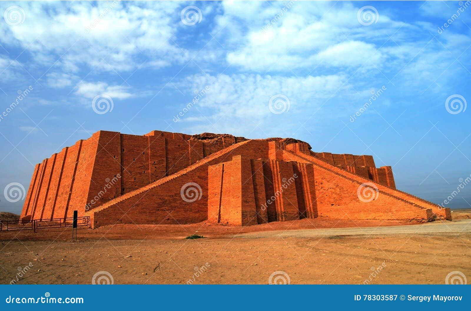 Återställd ziggurat i forntida Ur, sumerian tempel, Irak