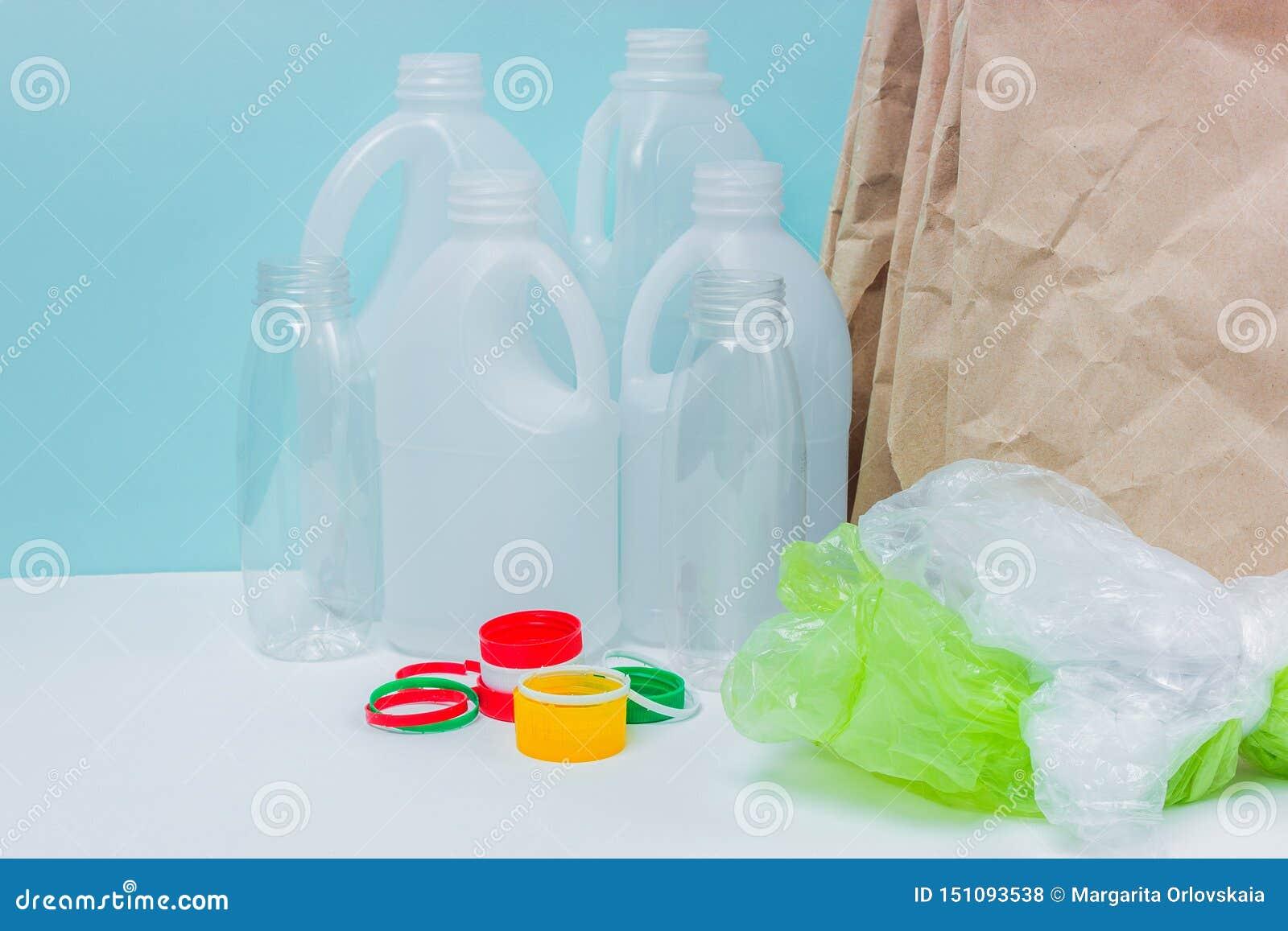 Återvinningsbara material på blå bakgrund