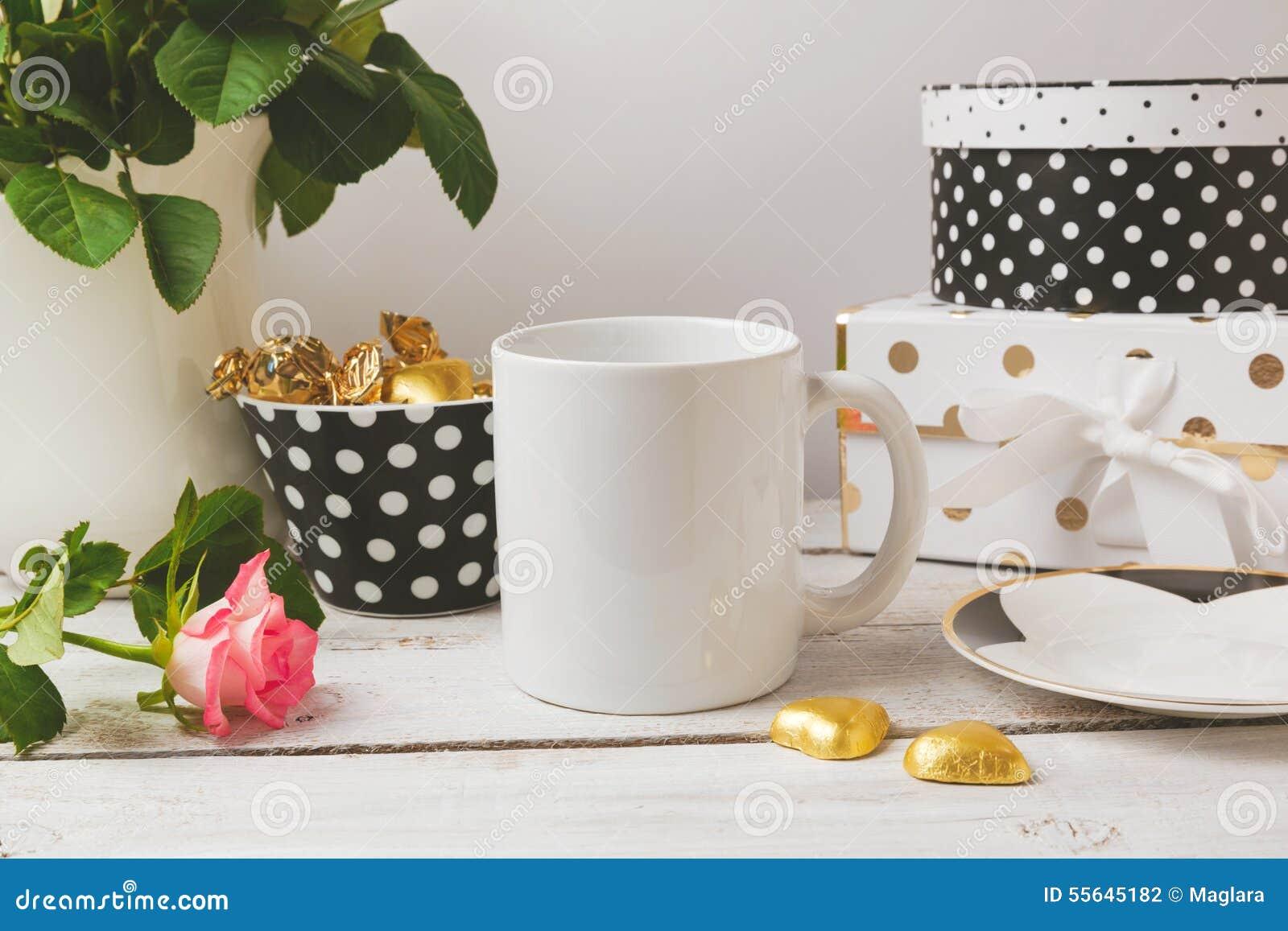 Åtlöje för kaffekopp upp med glamour och eleganta kvinnliga objekt