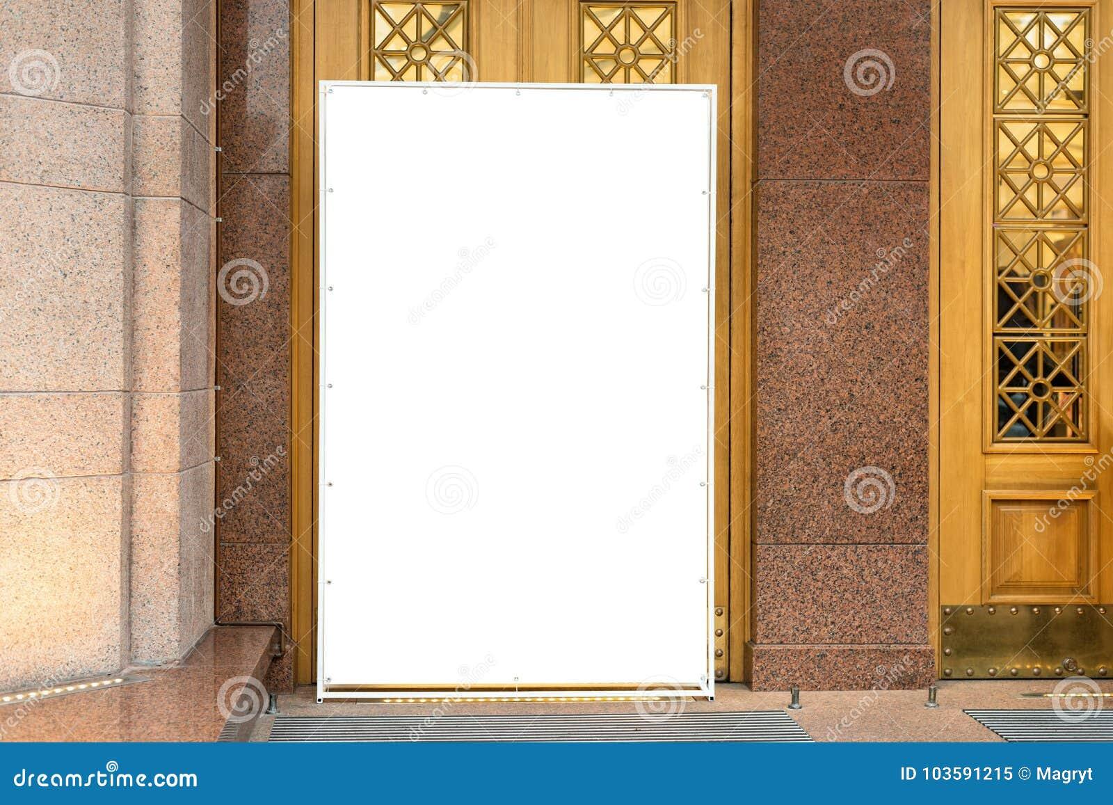 Åtlöje upp Tom affischtavla för vit som annonserar ställningen i modern köpcentrum Metallkonstruktion för annonsering nära
