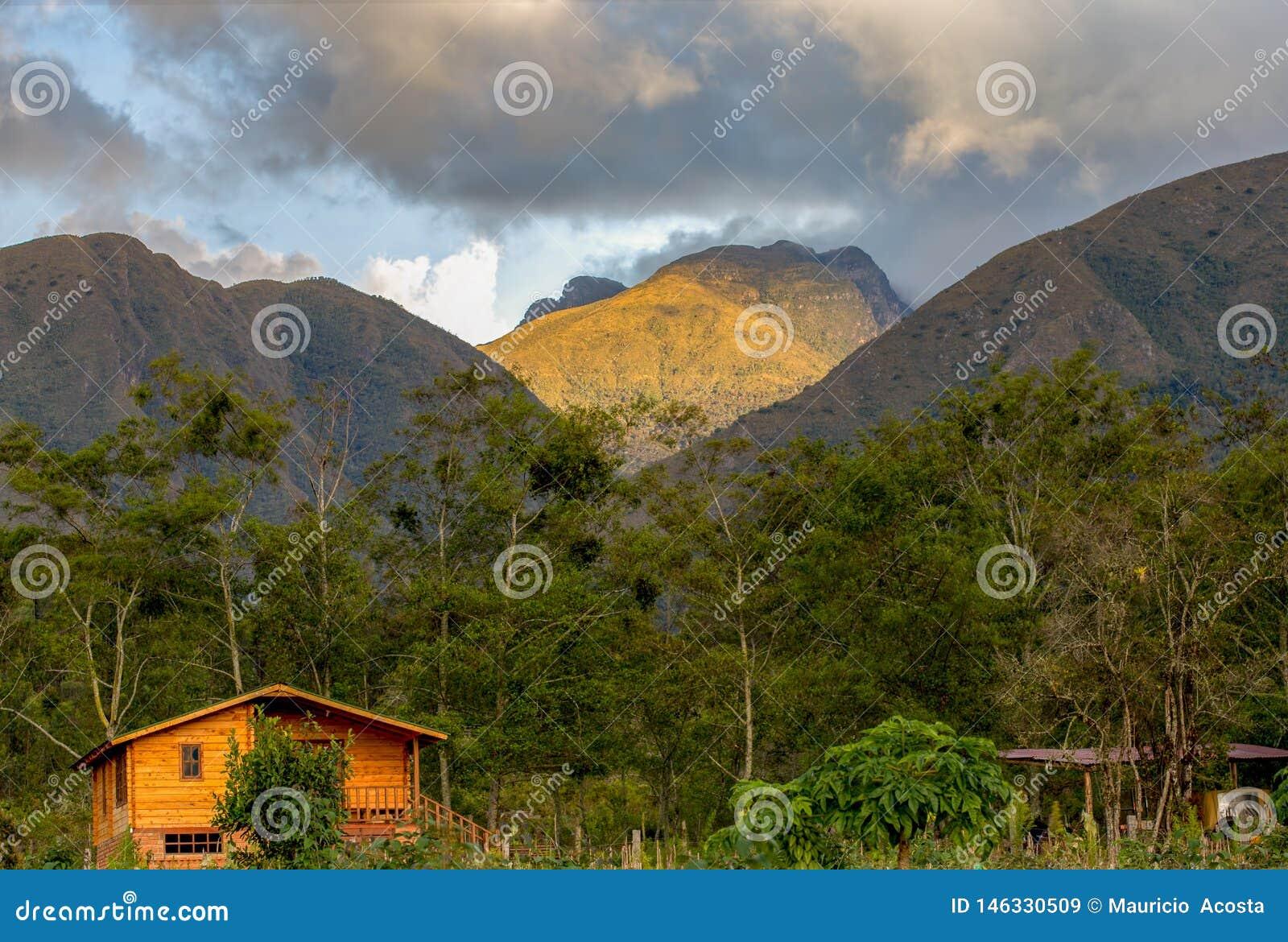 Åtskillig exponering av en kabin i ett berg