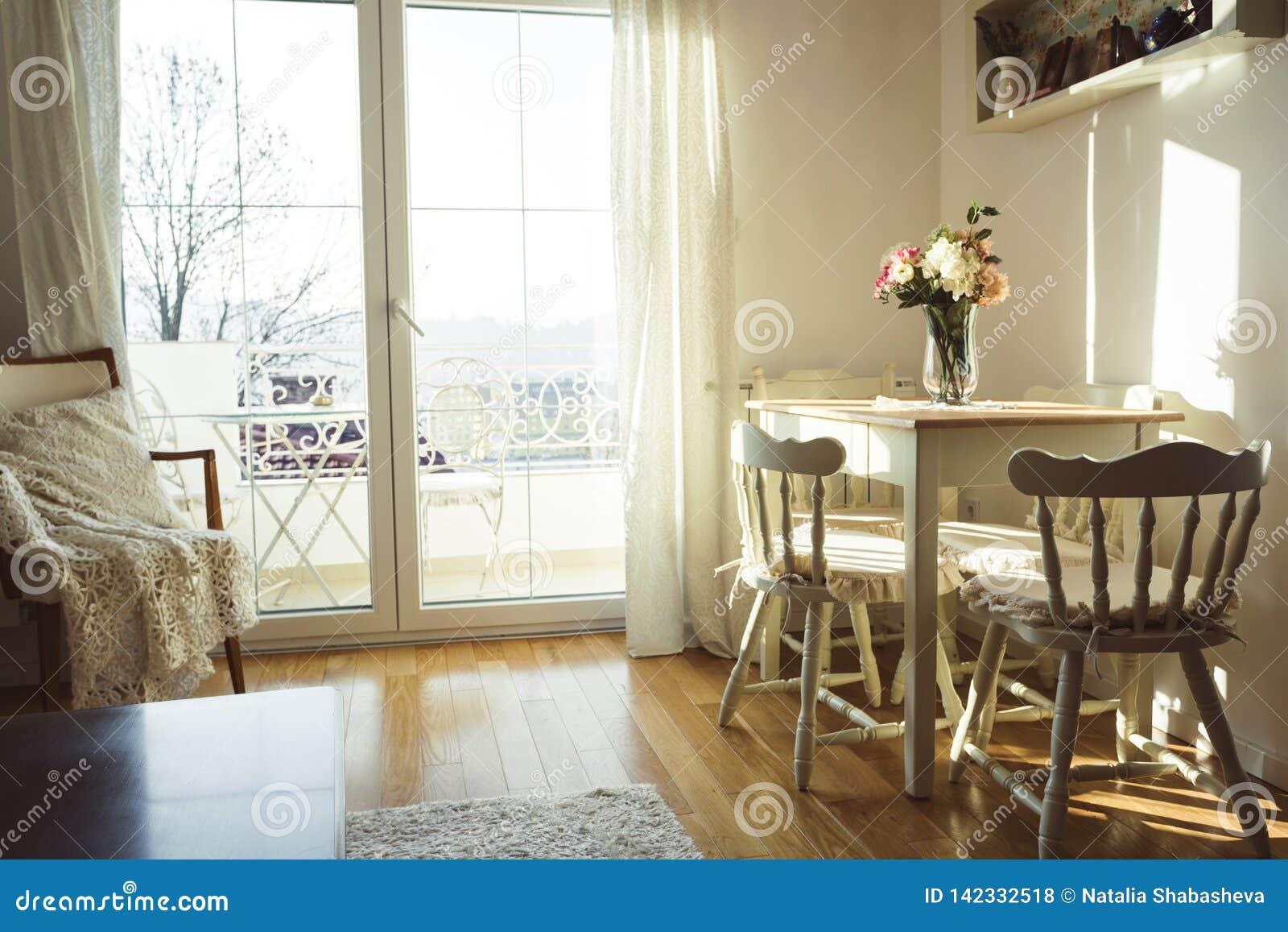 恰好装饰的居住的午餐室 饭桌和有些椅子