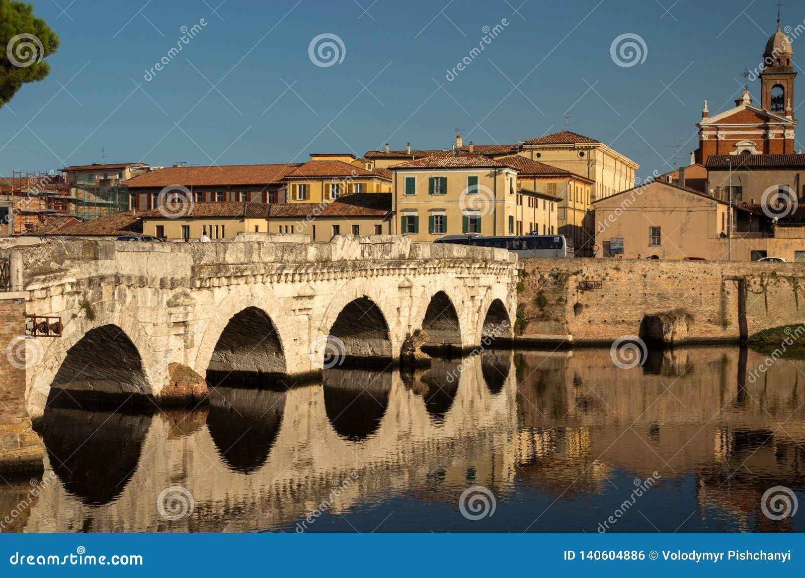 提比略桥梁的看法在教会圣玛丽和城市的老处所的背景的