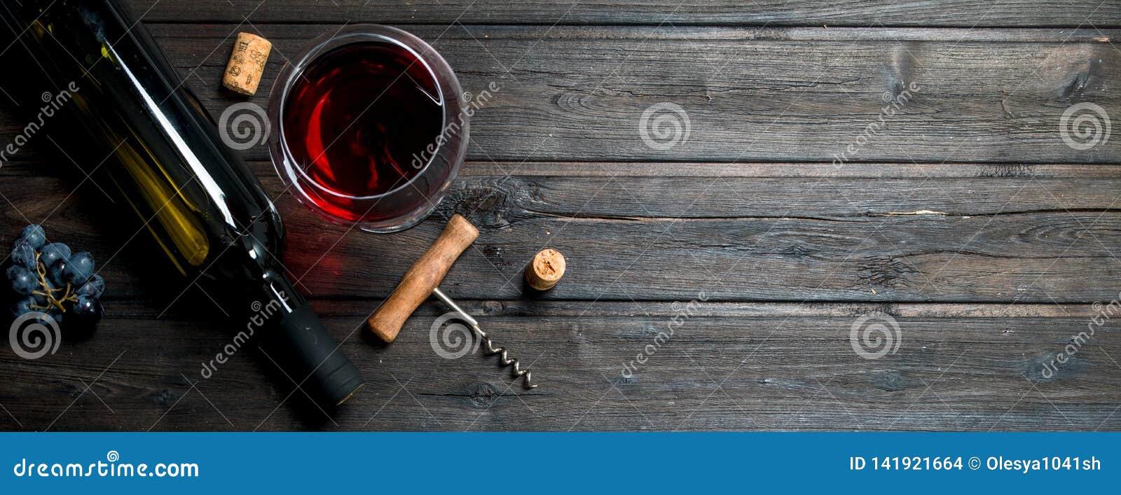 杯与拔塞螺旋和黄柏的红酒