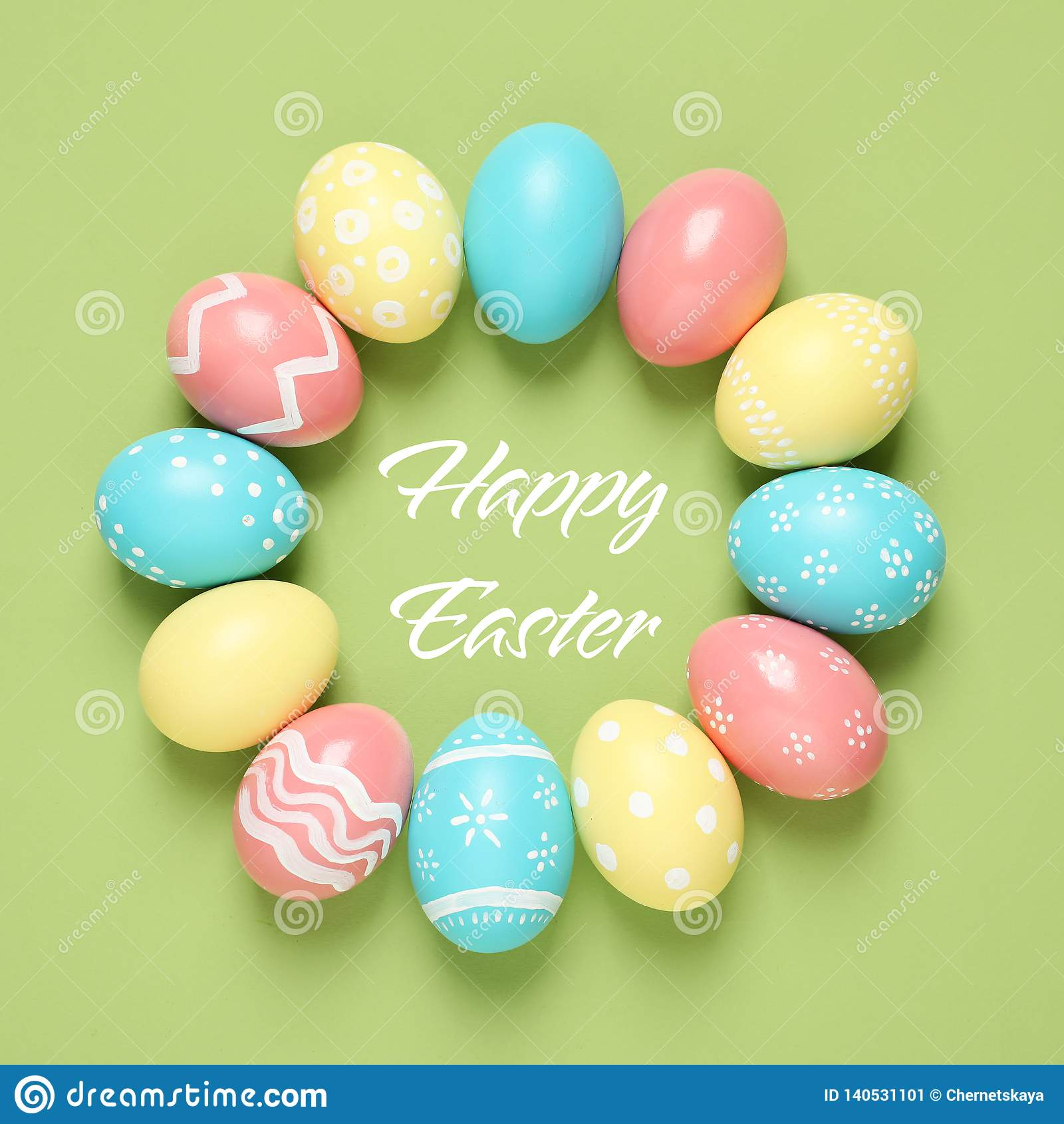 框架由五颜六色的被绘的鸡蛋和文本复活节快乐制成在颜色背景