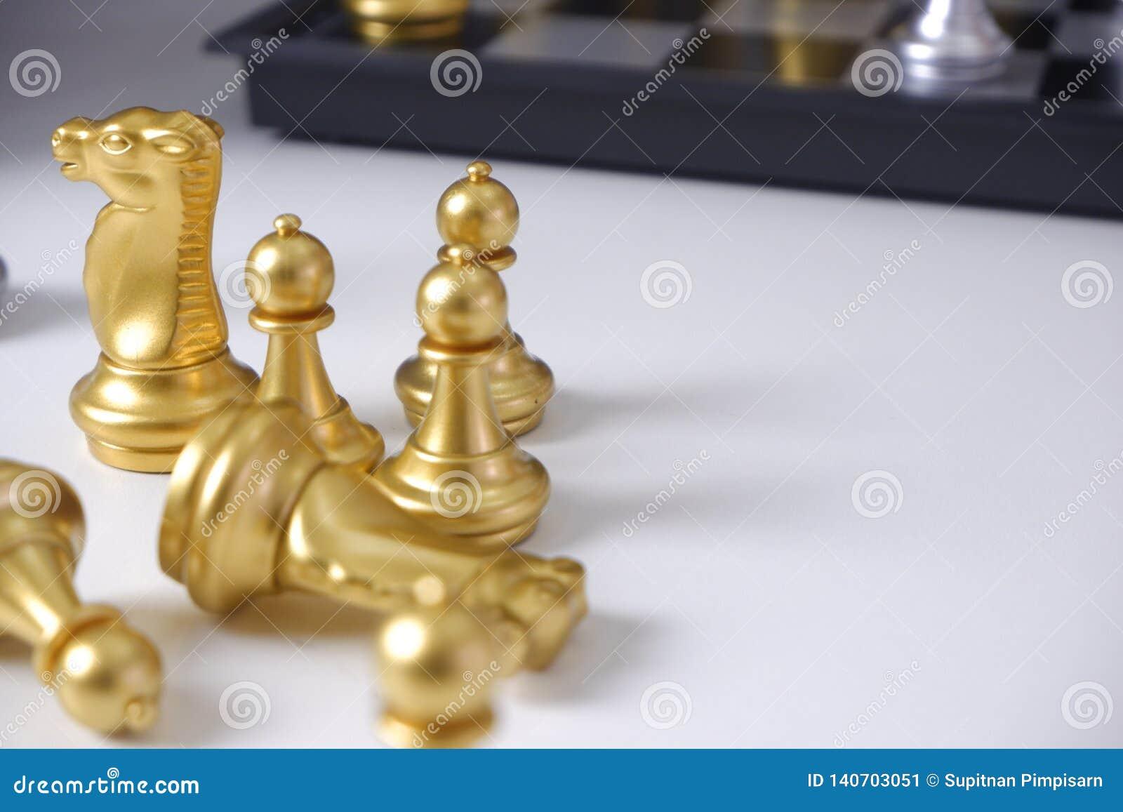 棋盘,打在白色桌上的下棋比赛;对经营战略,领导和管理概念