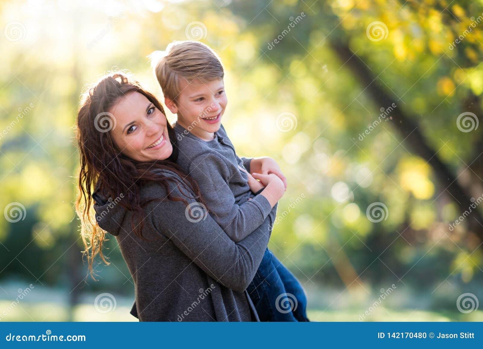 母亲微笑的儿子