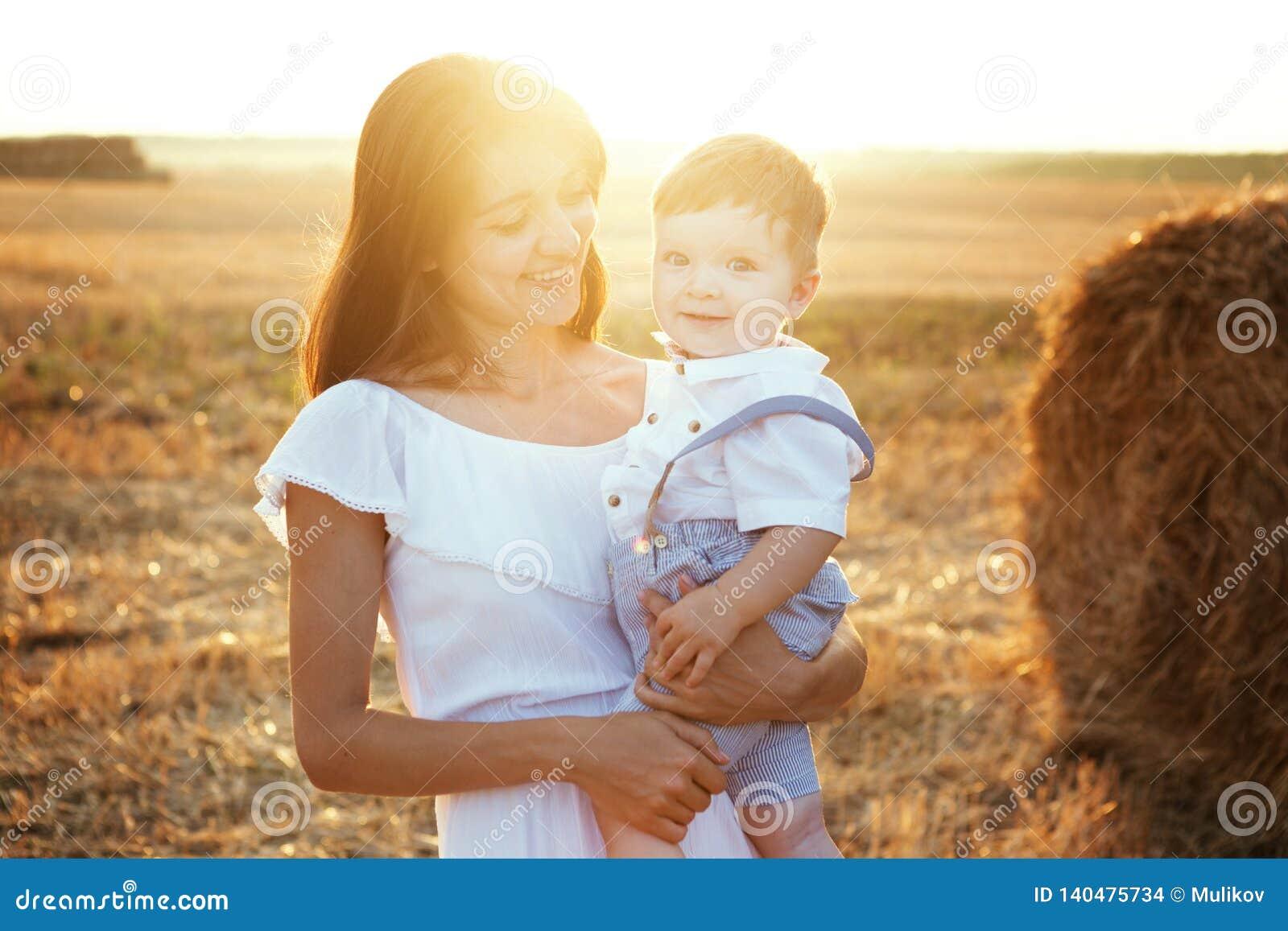 母亲和儿子春天画象在母亲` s天 系列公园结构
