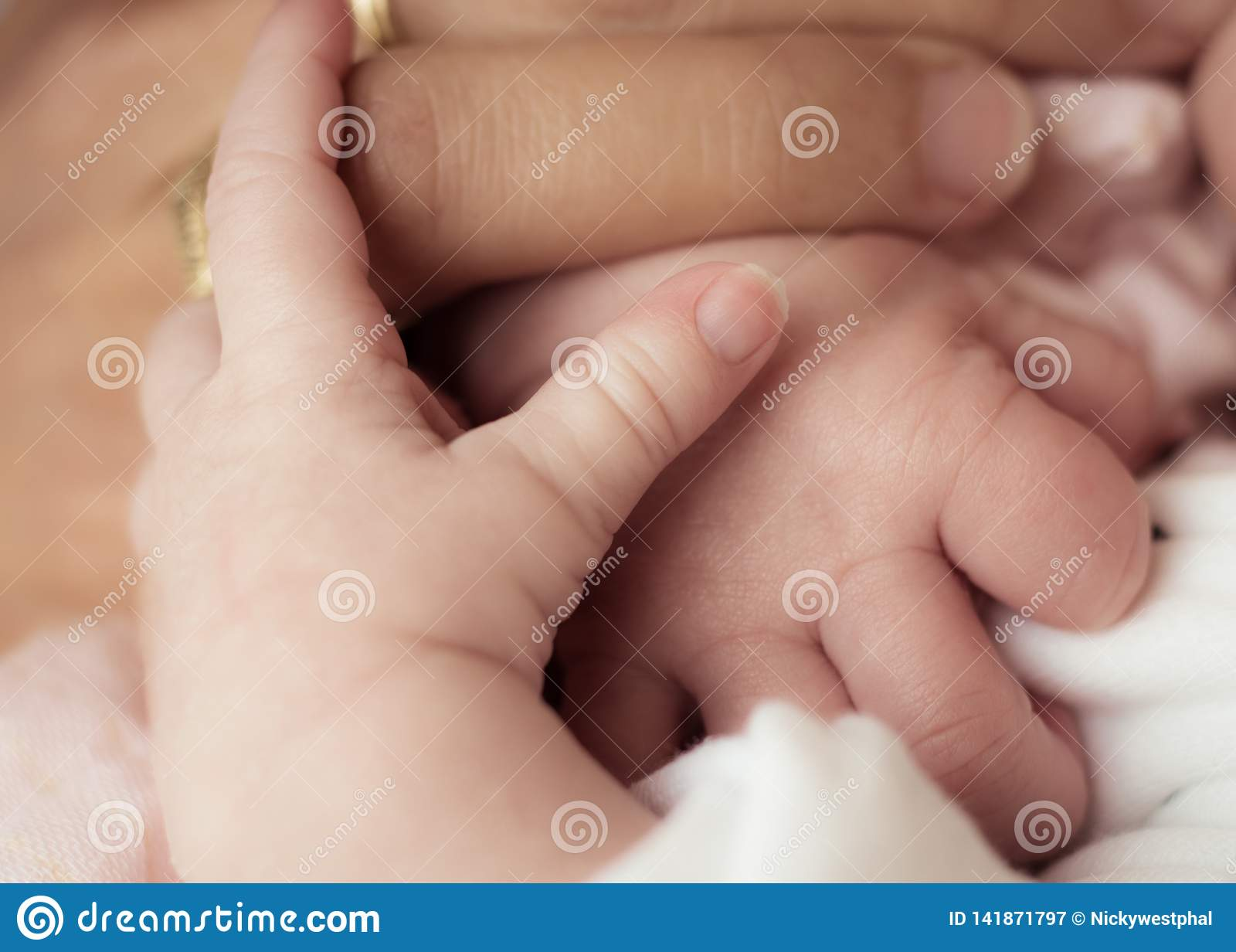 母亲和新出生的婴孩-握手