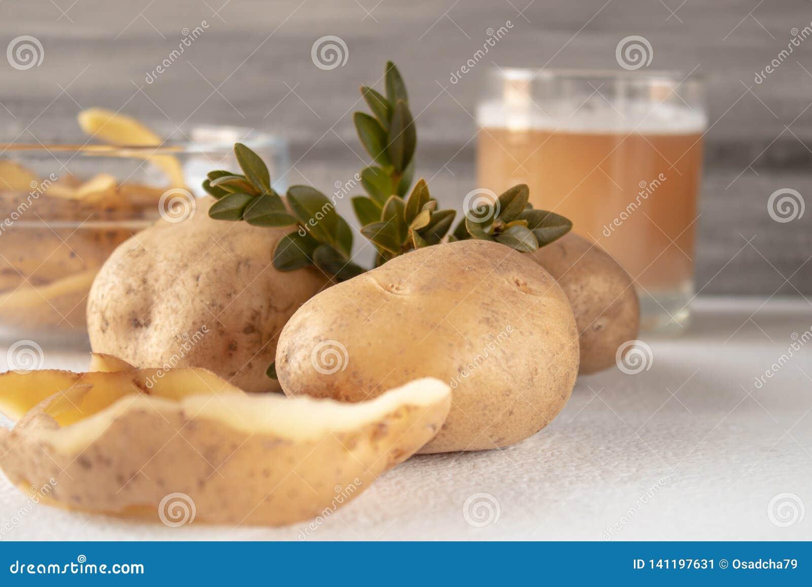 汁液用在玻璃的土豆 被剥皮的土豆