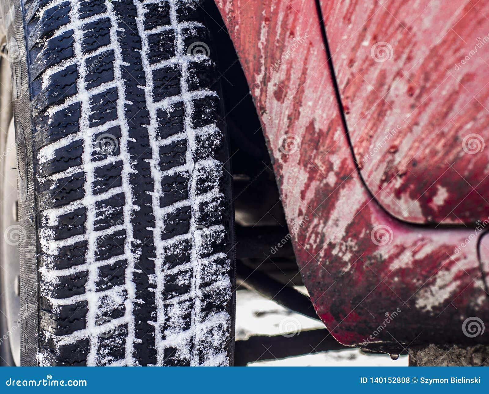 汽车和一个飞溅的身体的轮子