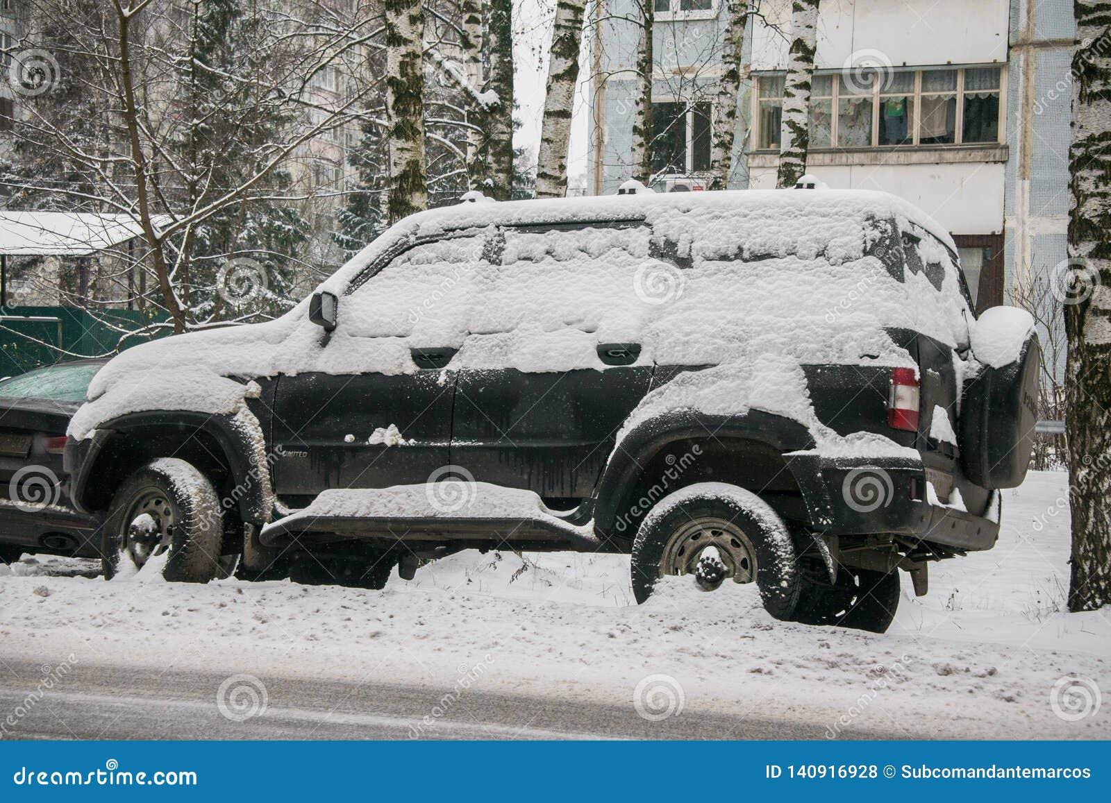 汽车,盖用雪厚实的层数,在围场住宅房子在provilcial镇
