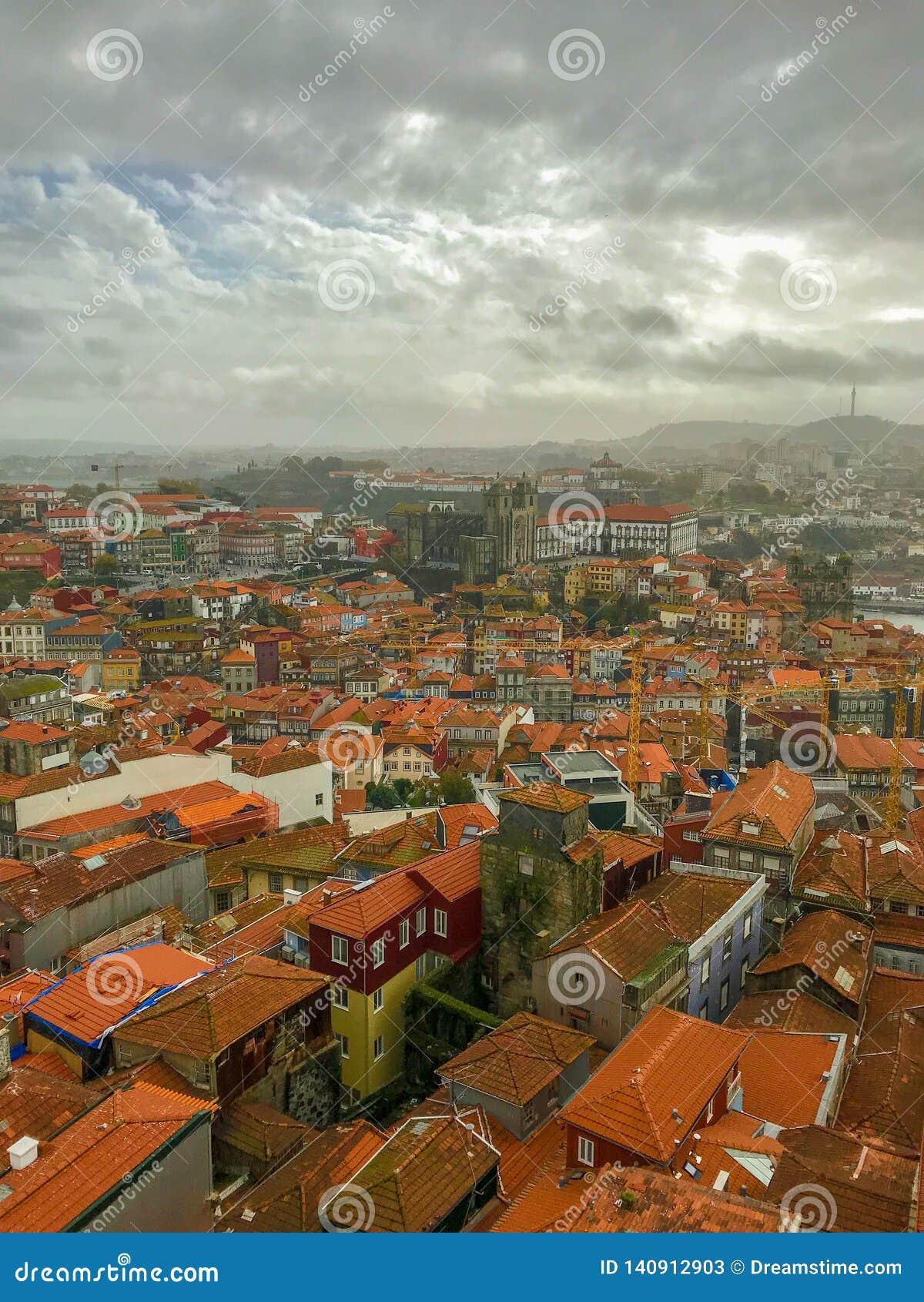 波尔图,葡萄牙美丽如画的全景视图在阴天