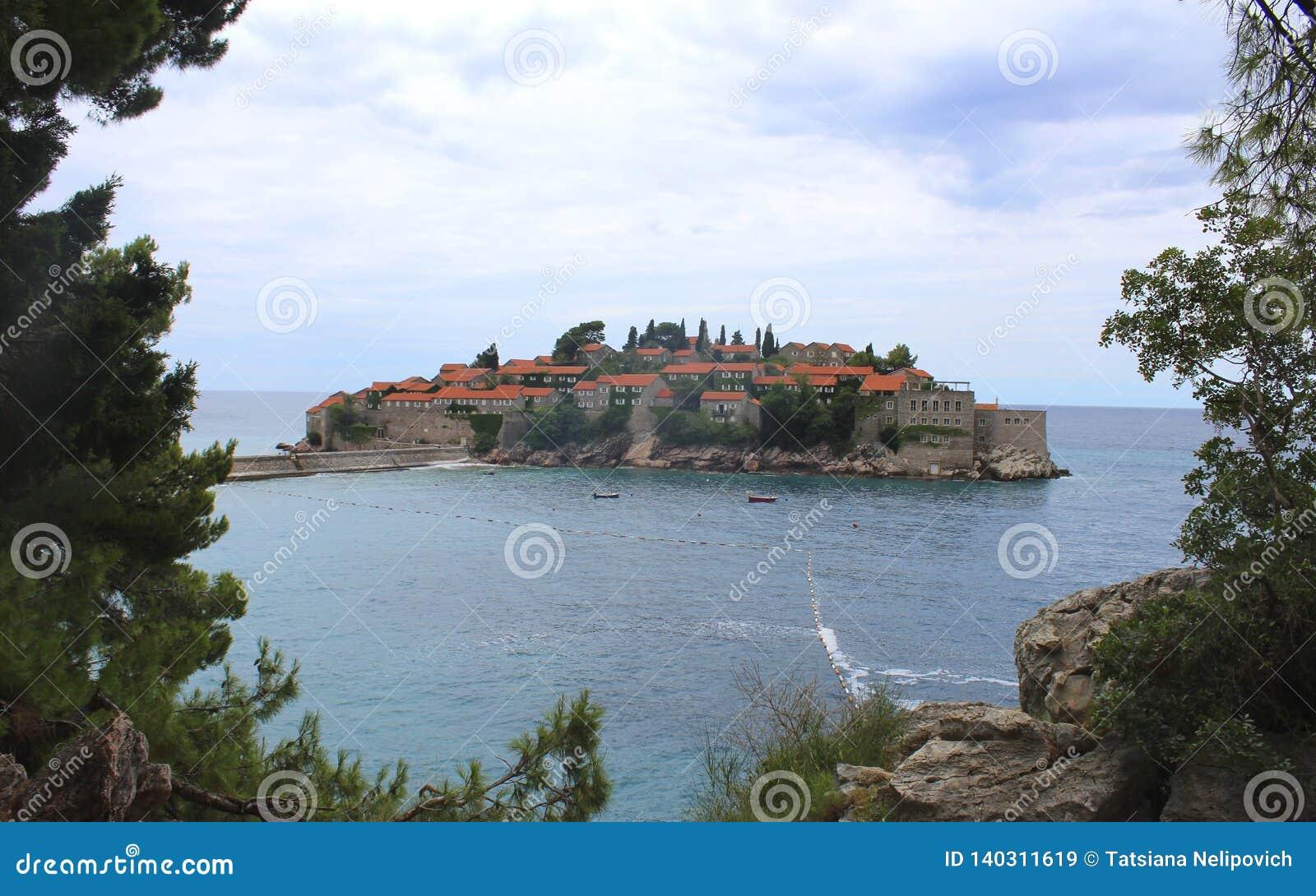 海岛montenegro stefan sveti 晴朗日的夏天