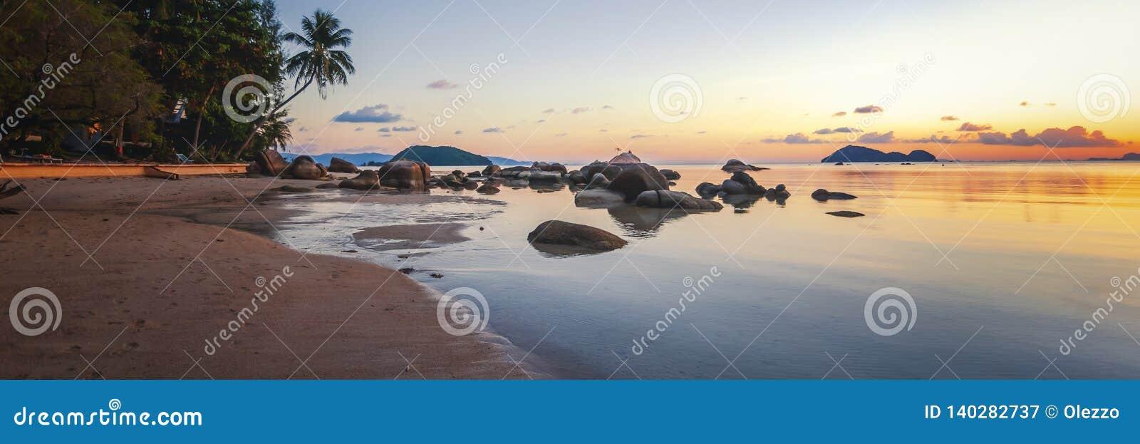 海日落震动在天空蔚蓝背景的海滩 秀丽晚上日出 海滩晃动含沙