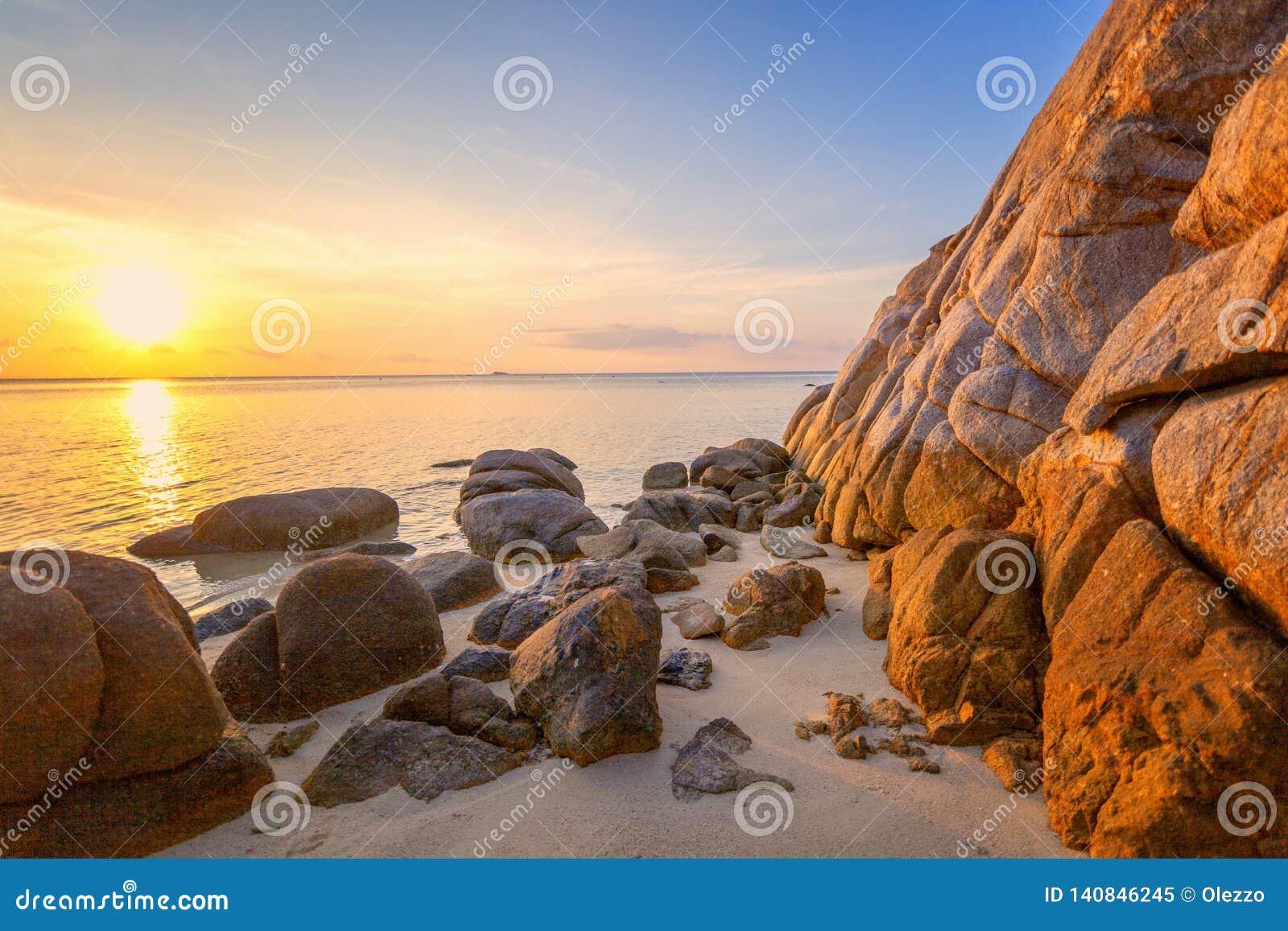 海日落震动在天空蔚蓝背景的海滩 秀丽晚上日出 背景看板卡祝贺邀请