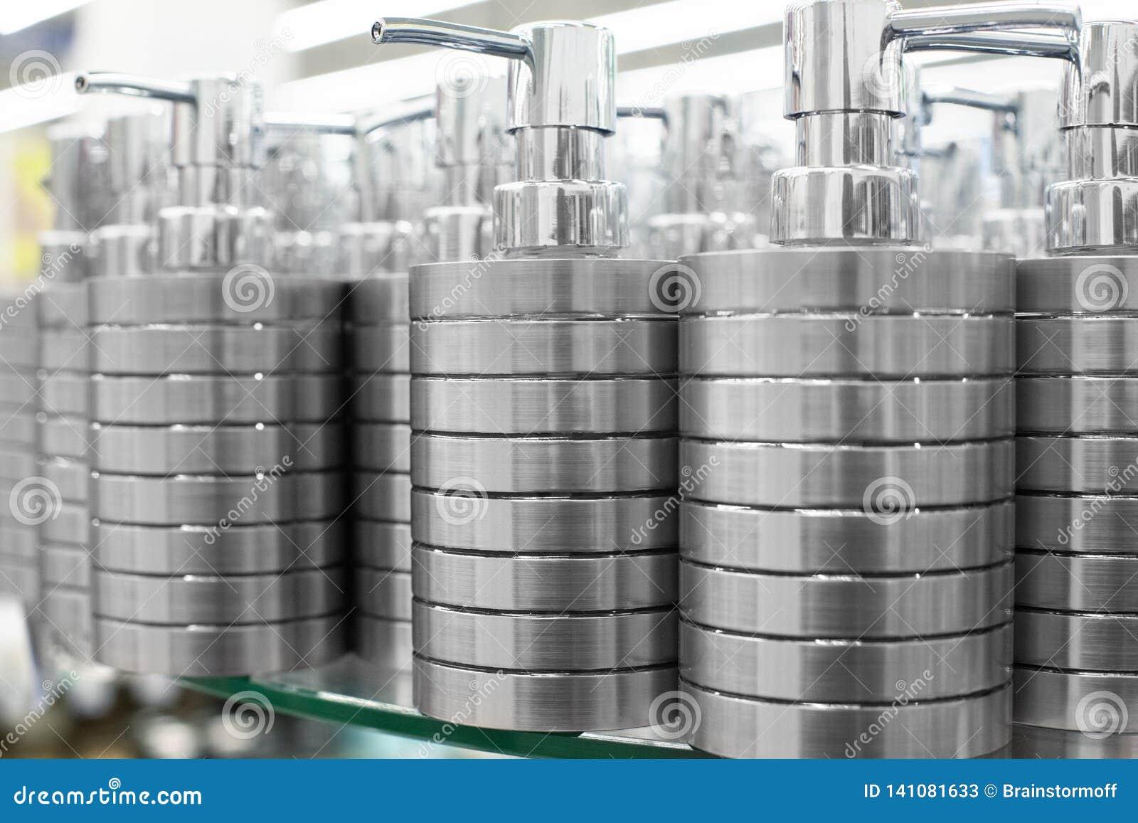 液体皂的,卫生间在玻璃的金属辅助部件浴皂盒分配器在商店搁置紧密,化妆品在零售m的待售
