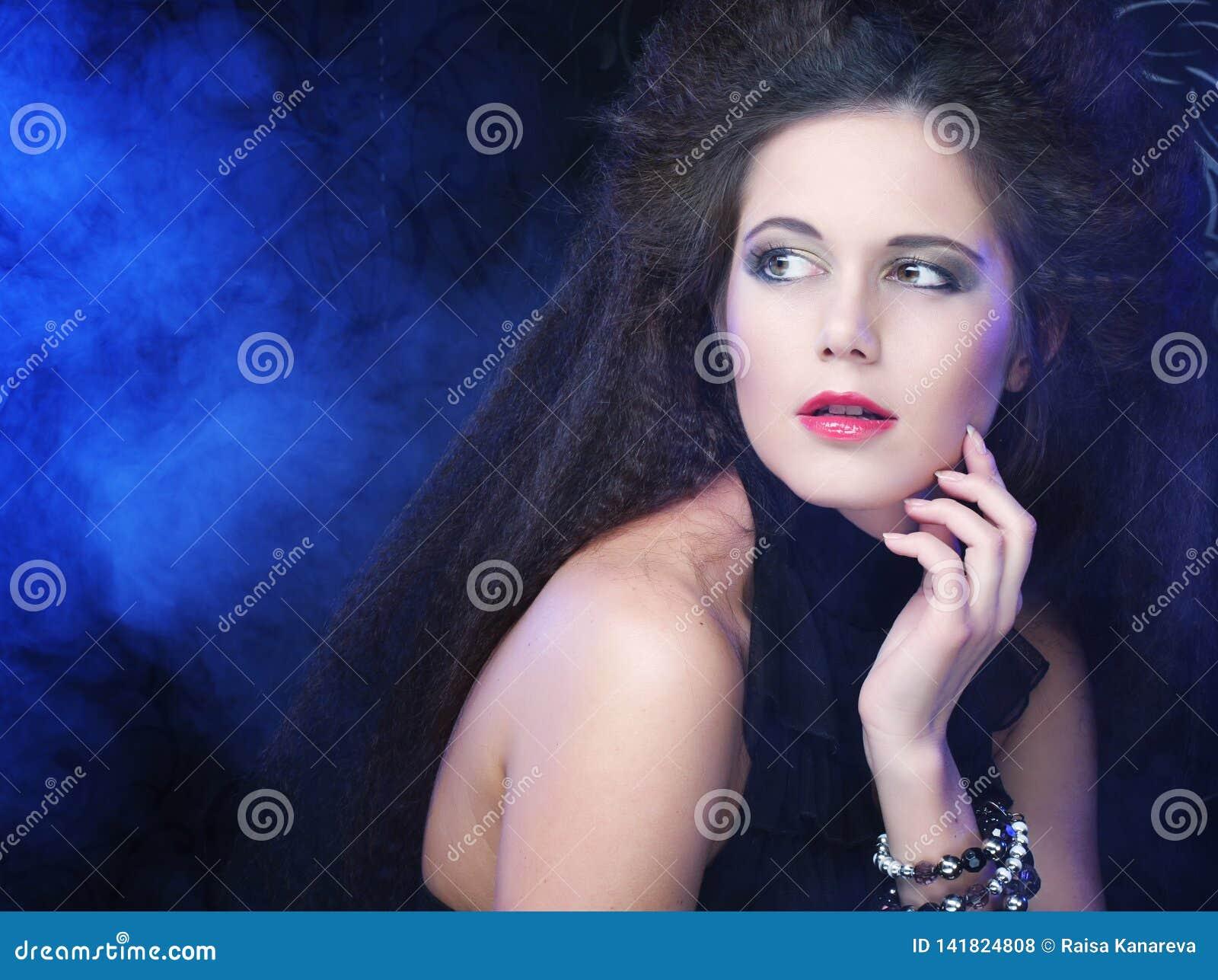 深色的性感的烟妇女