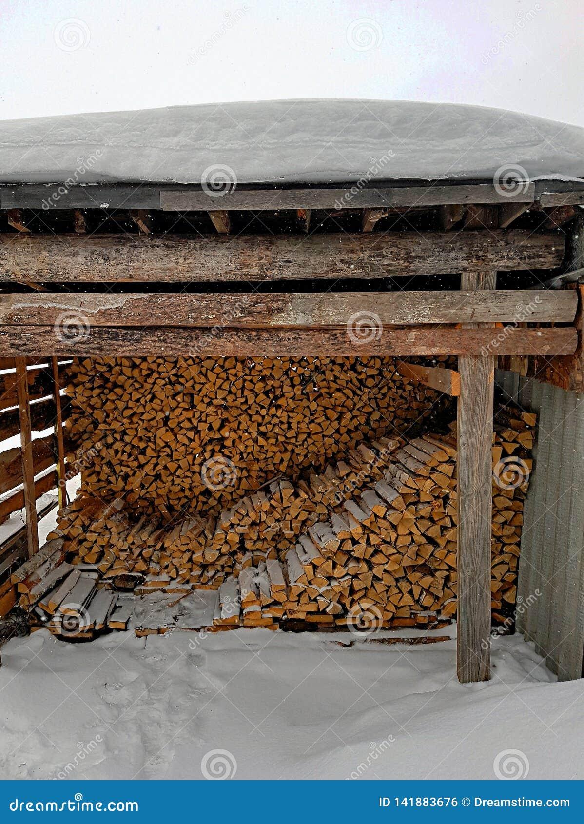 木柴在屋顶下
