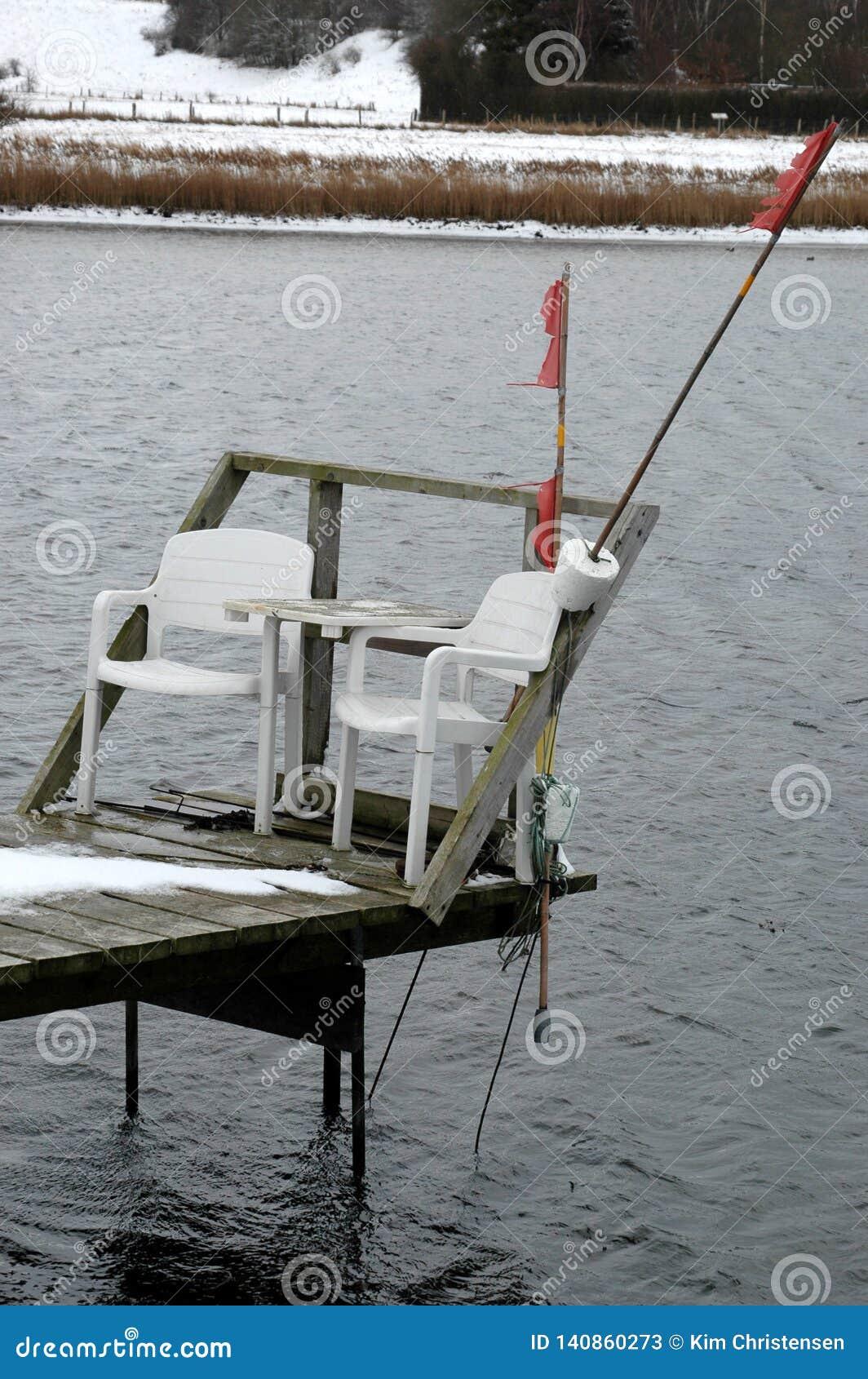 有两把椅子的小跳船