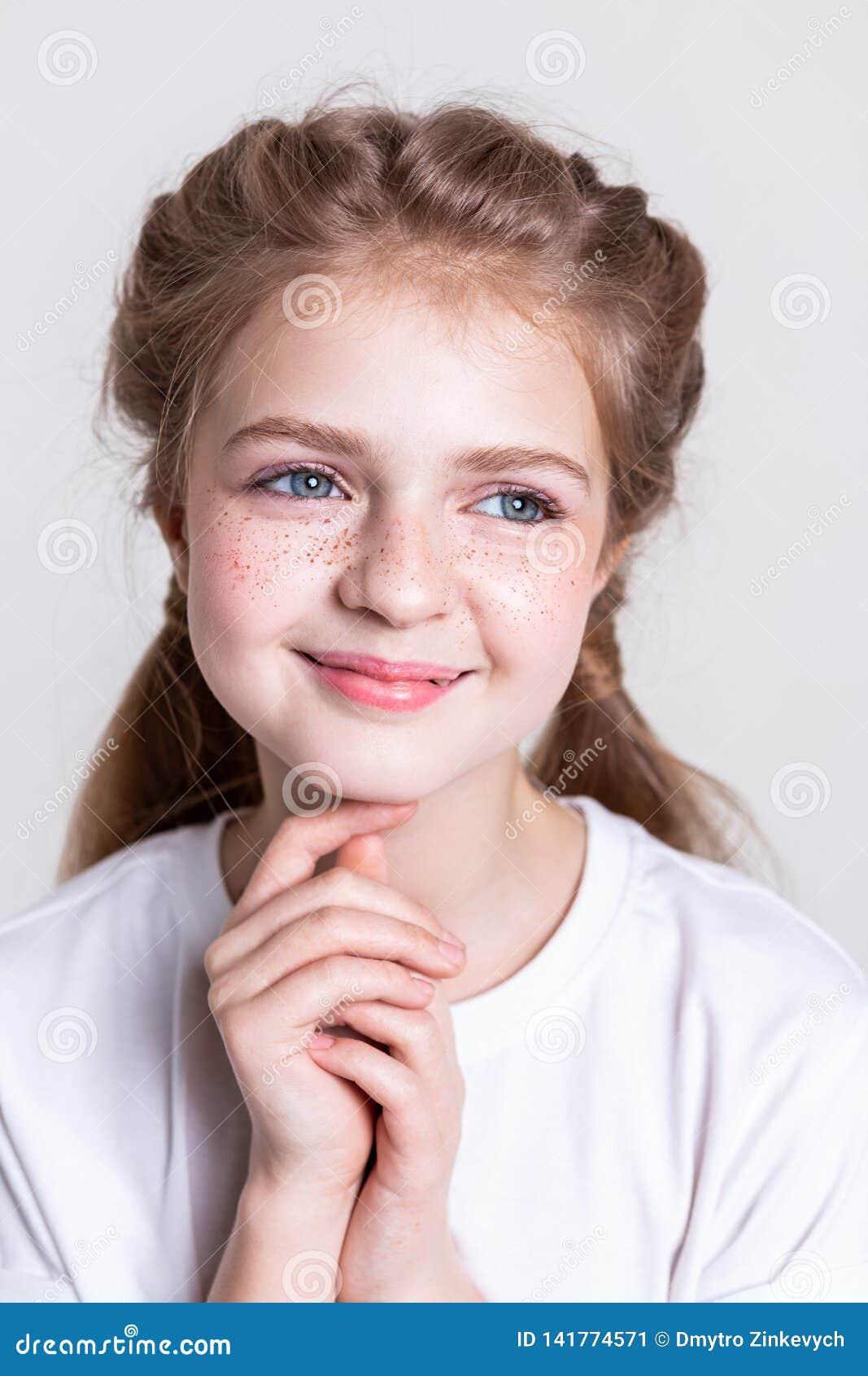 有异常的雀斑的快乐的少女在她的面颊