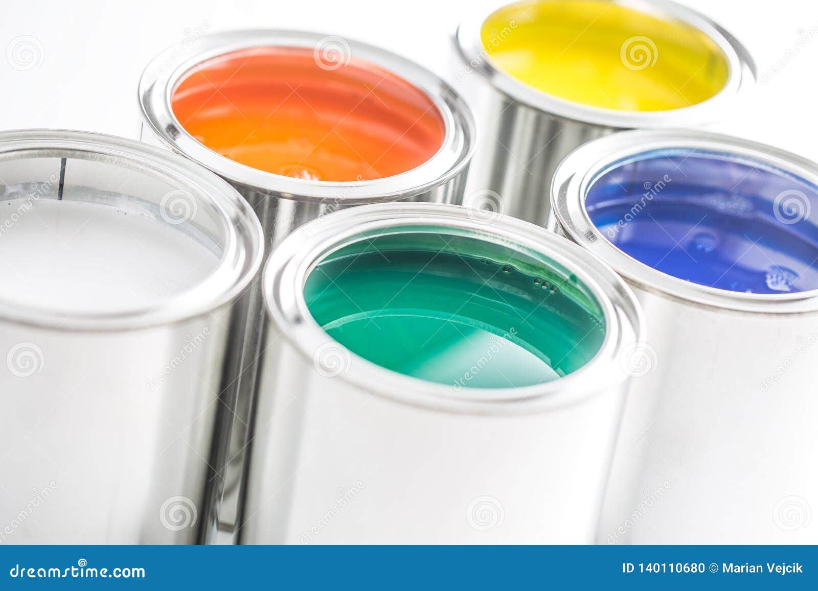 有很多在白色桌上的多彩多姿的油漆罐头