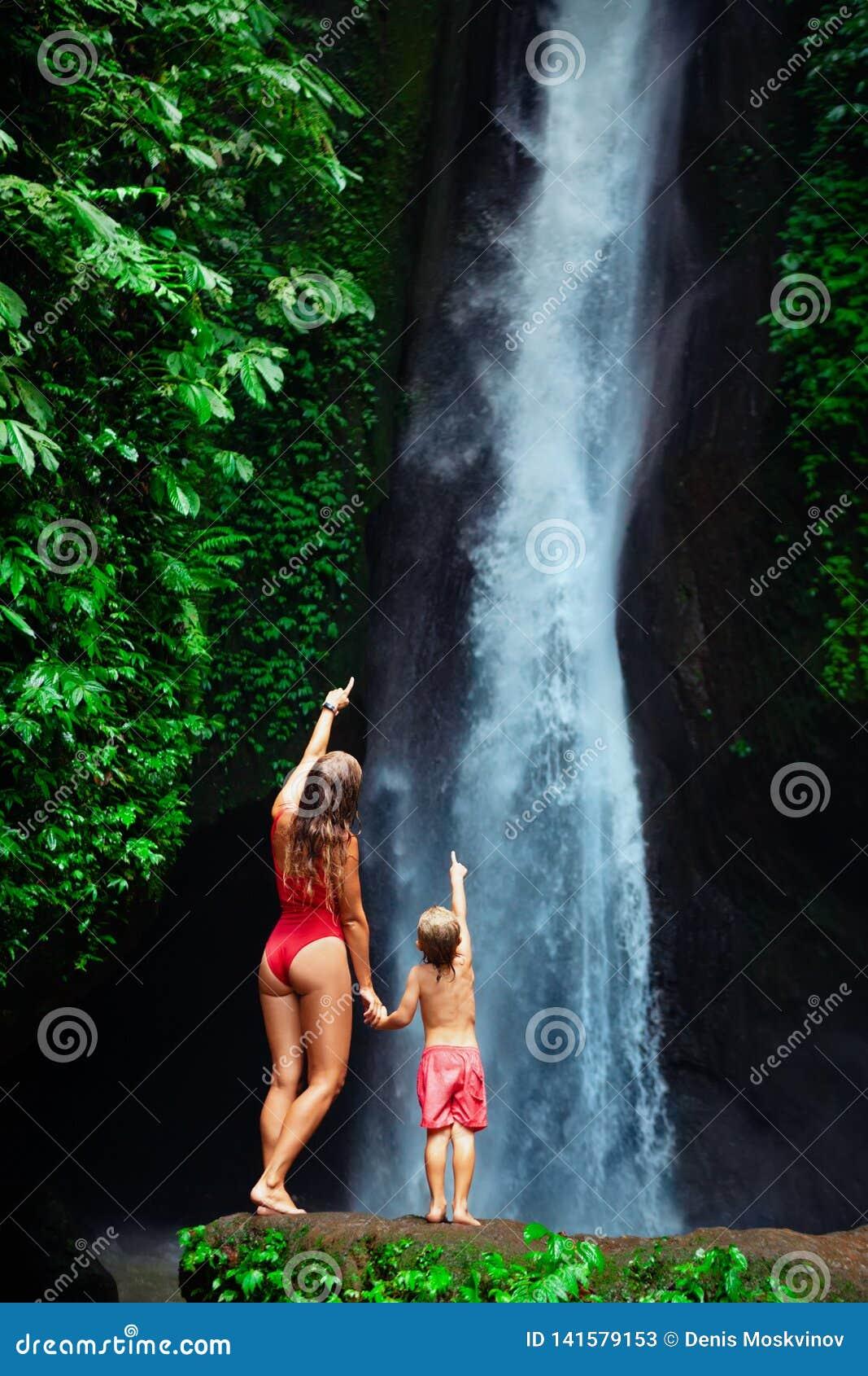有儿子立场的母亲在瀑布下