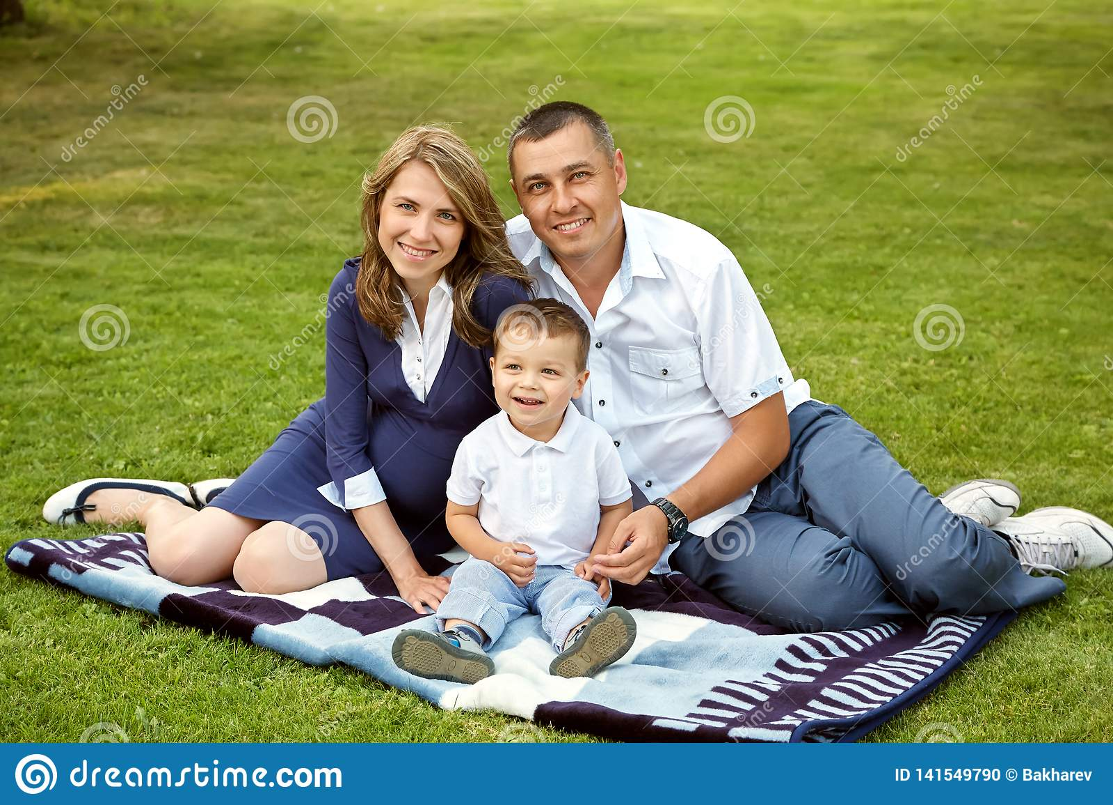有儿子的年轻父母在夏天 妈妈、爸爸和孩子