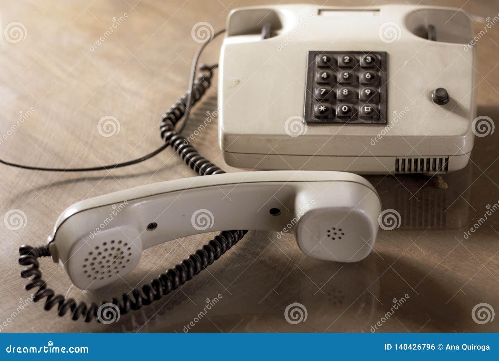 有棕色按钮的葡萄酒电话