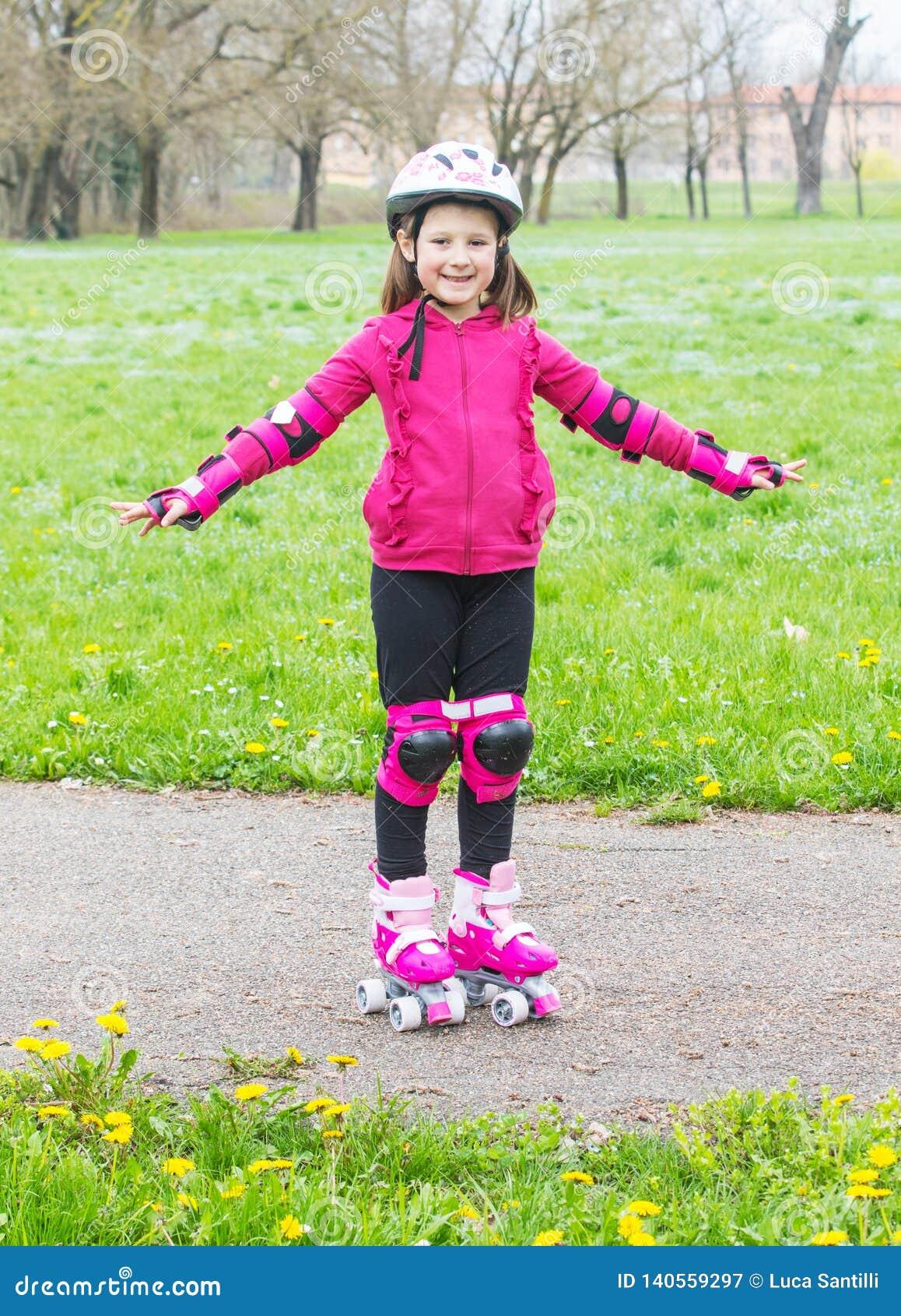 有溜冰鞋的少女在公园