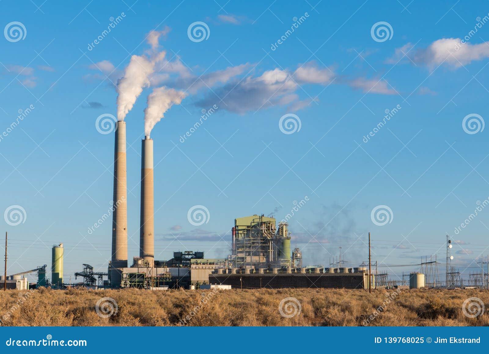有散发缕缕烟的烟窗的一棵燃煤电能植物在美国西南部