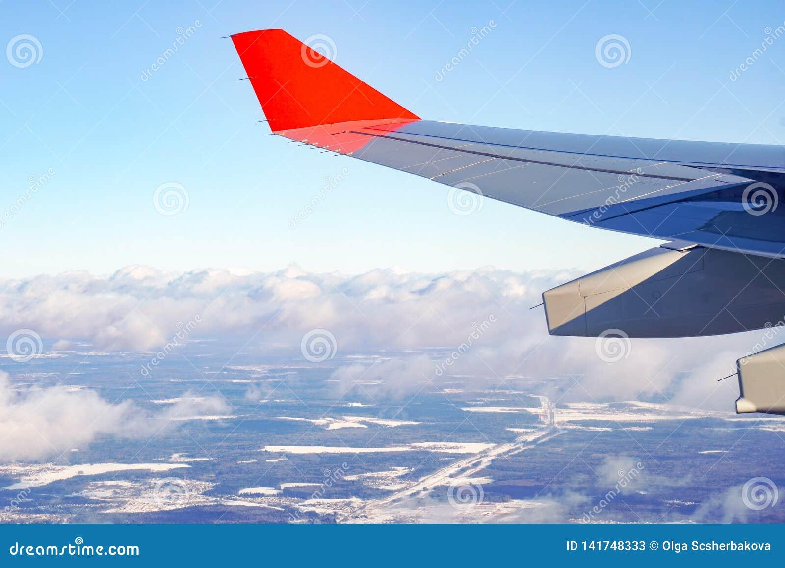 有红色小翅膀的飞机空运