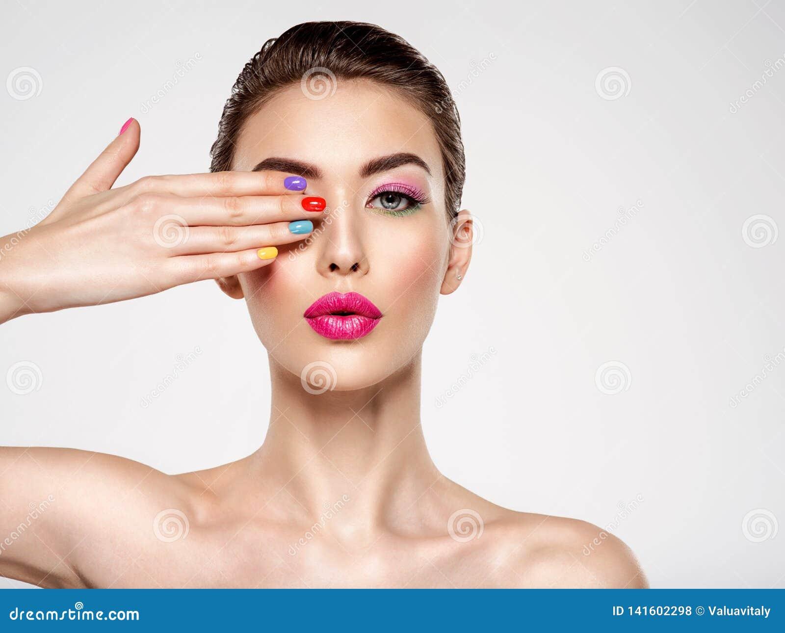 有的美丽的时尚妇女色的钉子 有多色修指甲的可爱的白女孩
