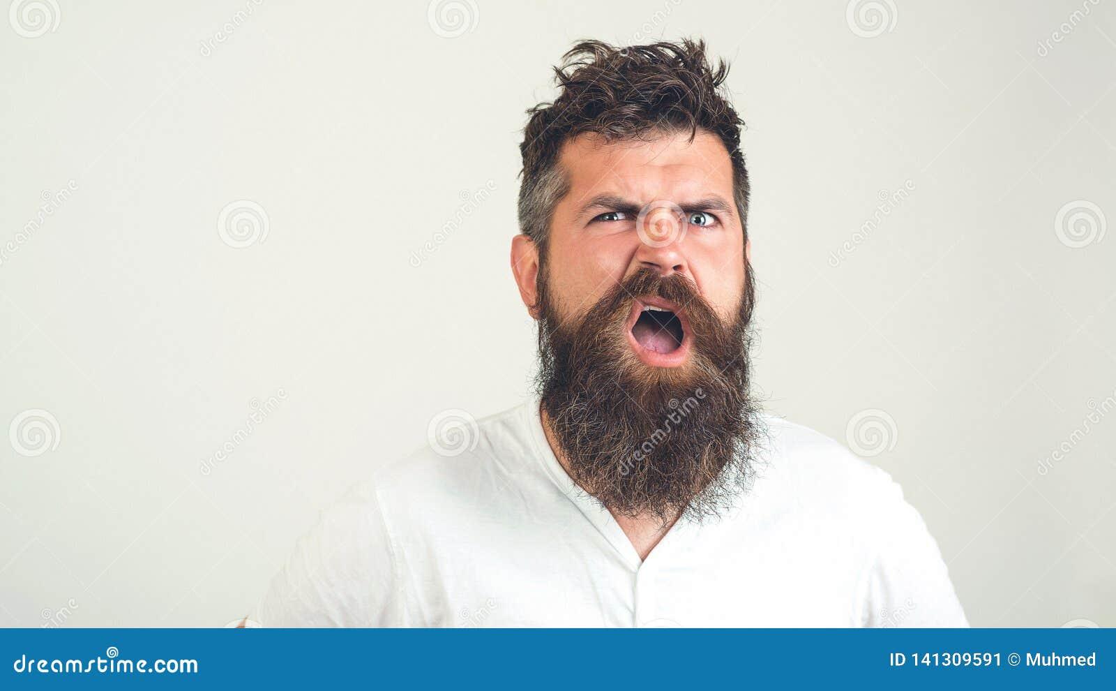 有胡子的疯子迷茫的面孔 有胡子的恼怒的人激动,在白色背景 情感,面孔表示cocncept 残酷地