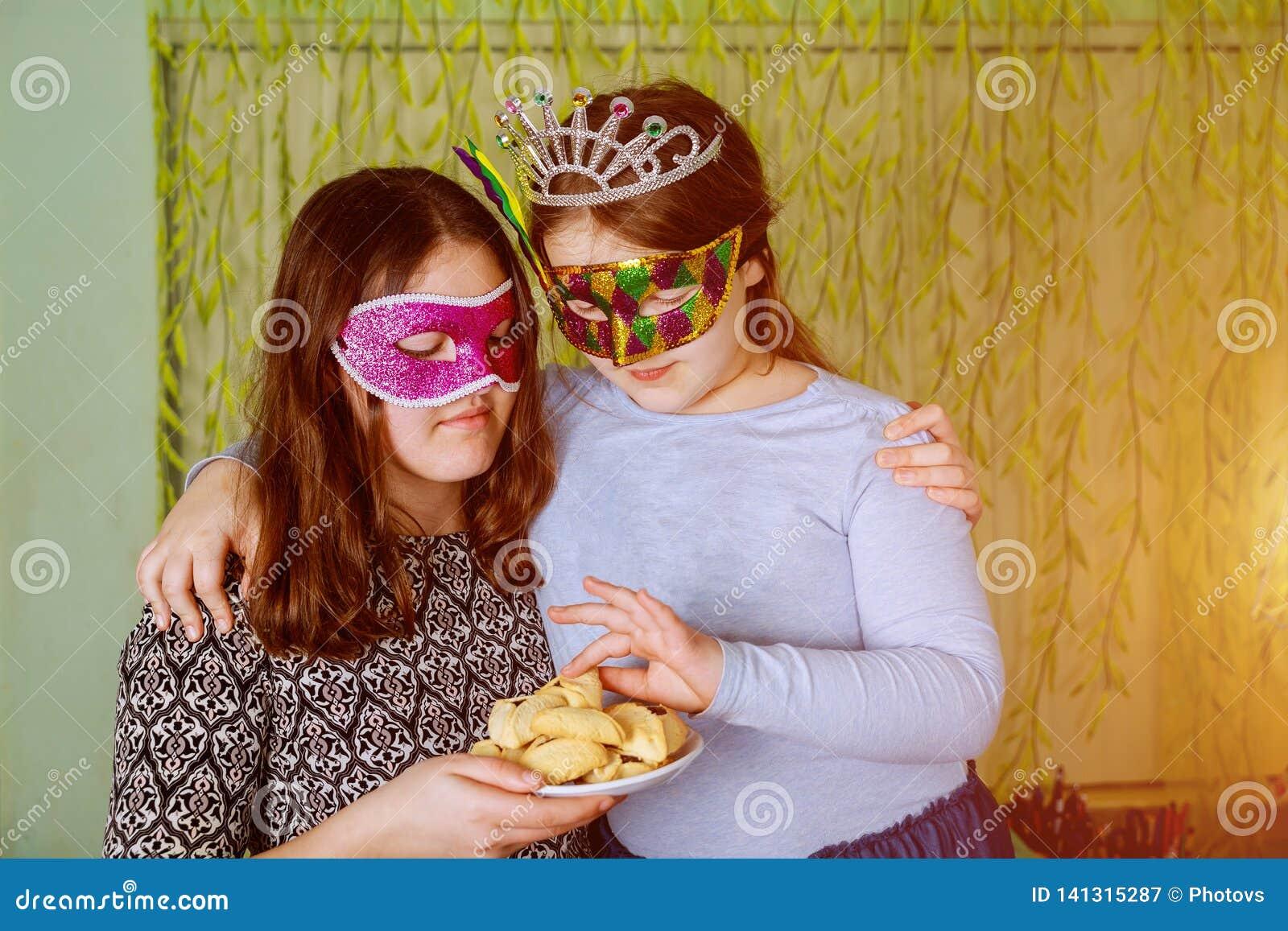 有面具的滑稽的女孩孩子犹太假日普珥节