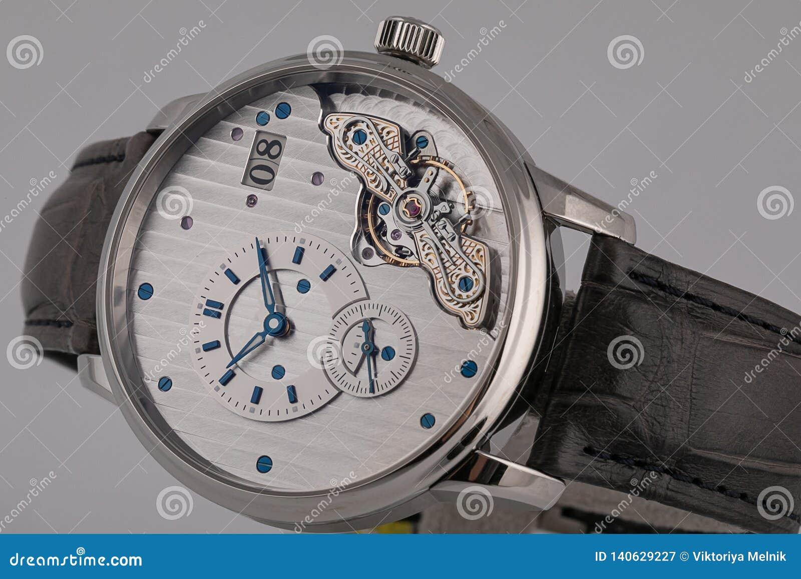 有黑皮带的,白色拨号盘,蓝色顺时针,罗马数字,测时器,在白色背景隔绝的秒表人的手表