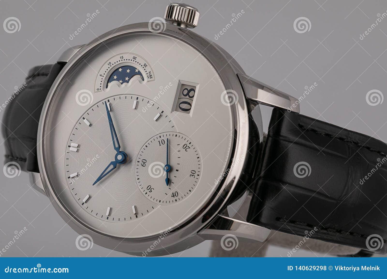 有黑皮带,白色拨号盘,蓝色在白色背景和秒表的人的手表隔绝的顺时针,测时器