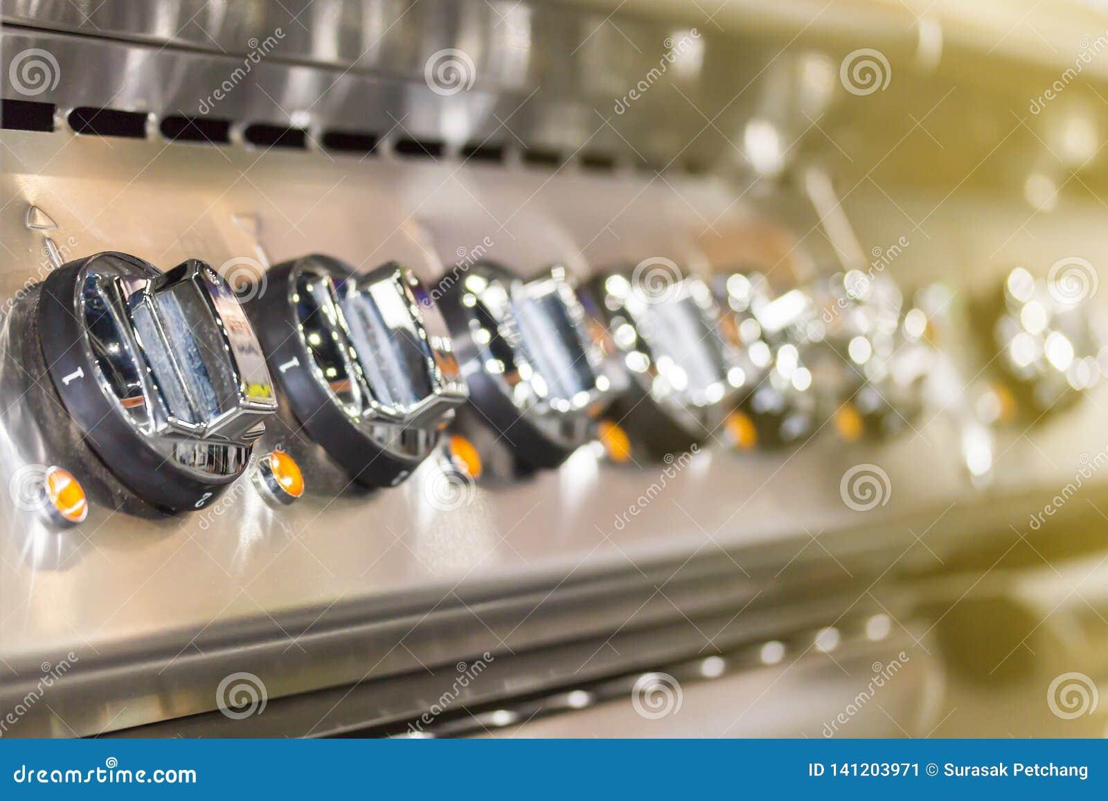 控制板现代归纳电火炉为在或调整温度接近的瘤拨号盘