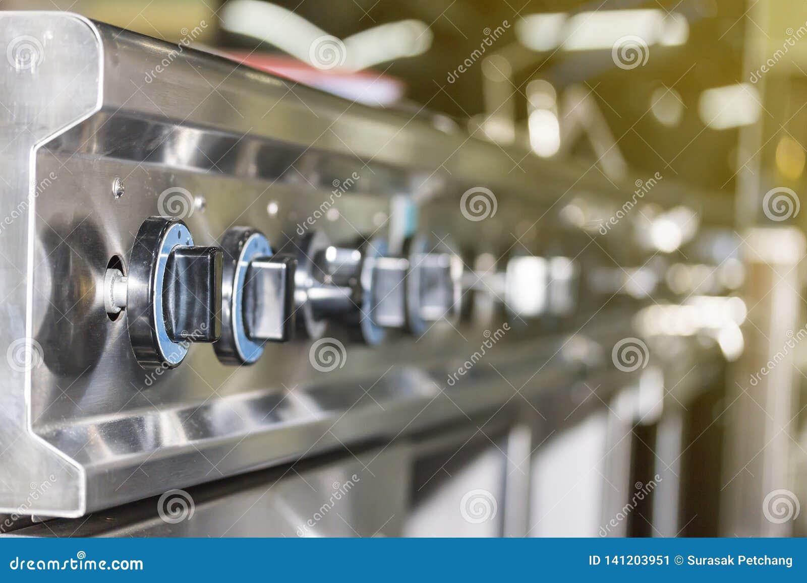 控制板煤气炉接近的瘤拨号盘为在或调整烧伤火焰和温度
