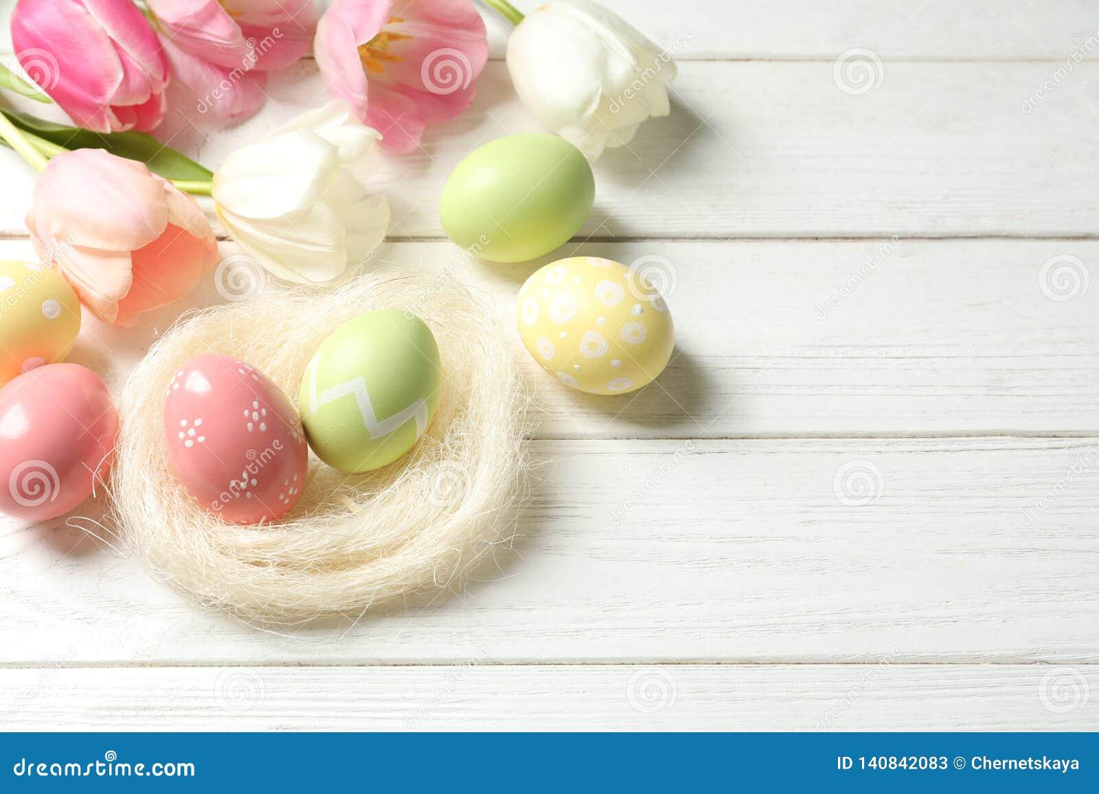 构成用被绘的复活节彩蛋和花在木背景,在看法上