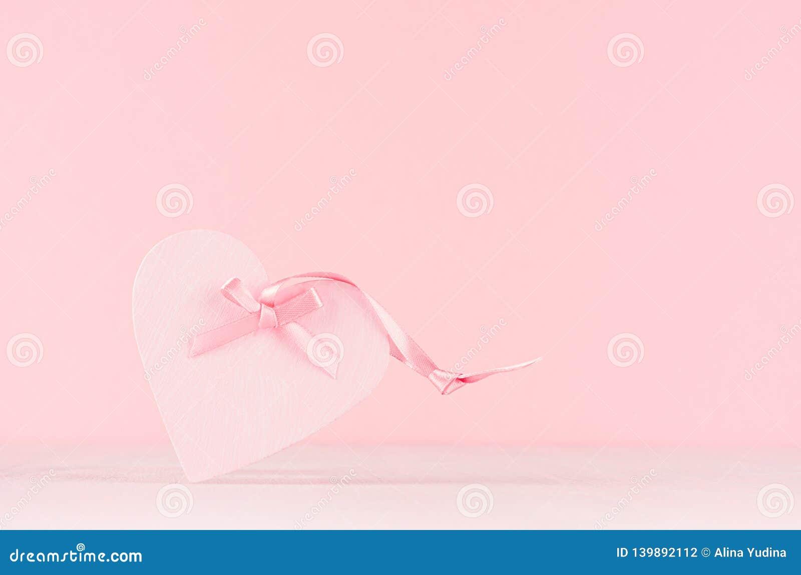情人节背景-与丝带的典雅的粉红彩笔装饰心脏在白色木板,拷贝空间
