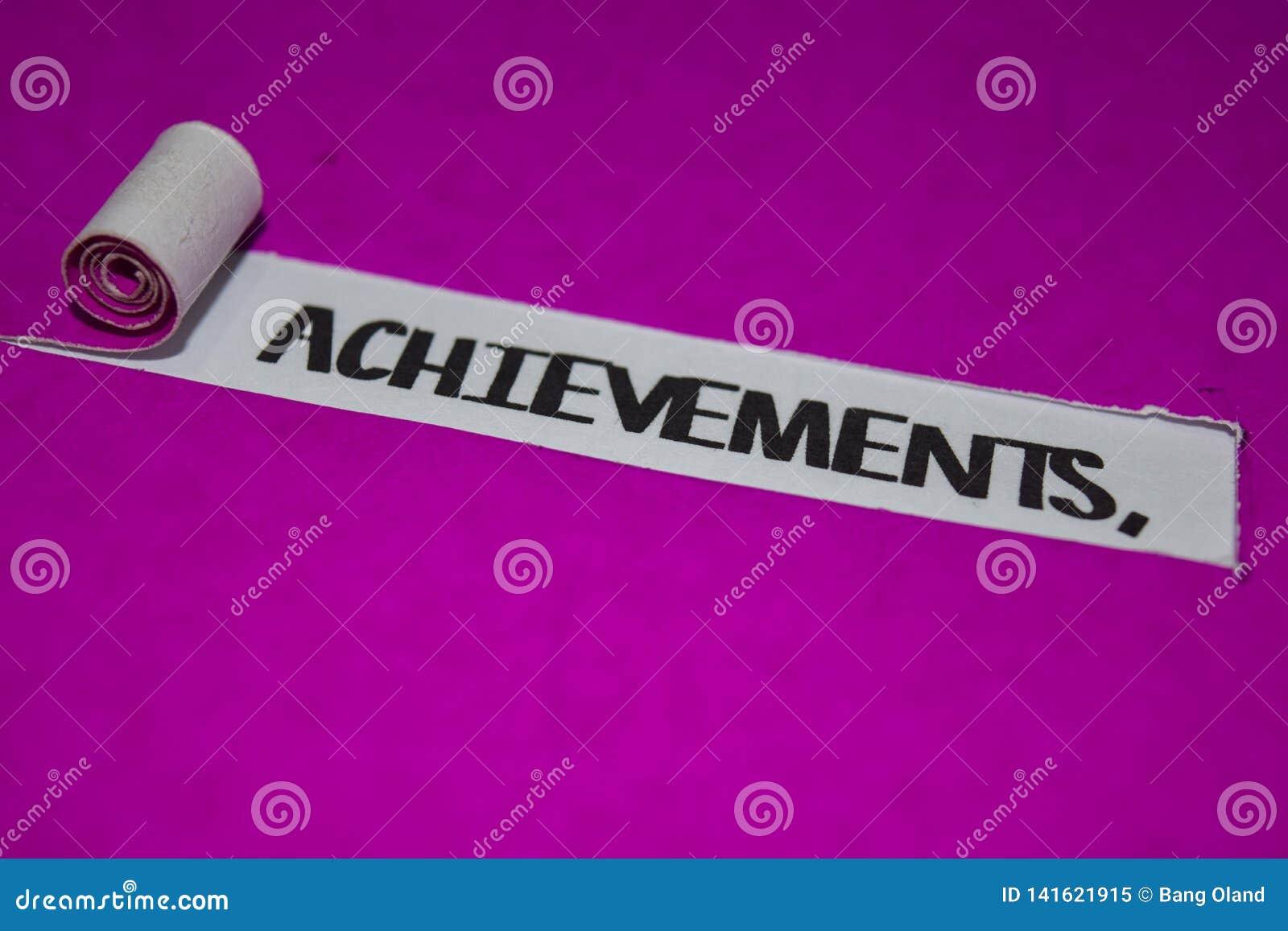 成就发短信,启发和正面震动概念在紫色被撕毁的纸